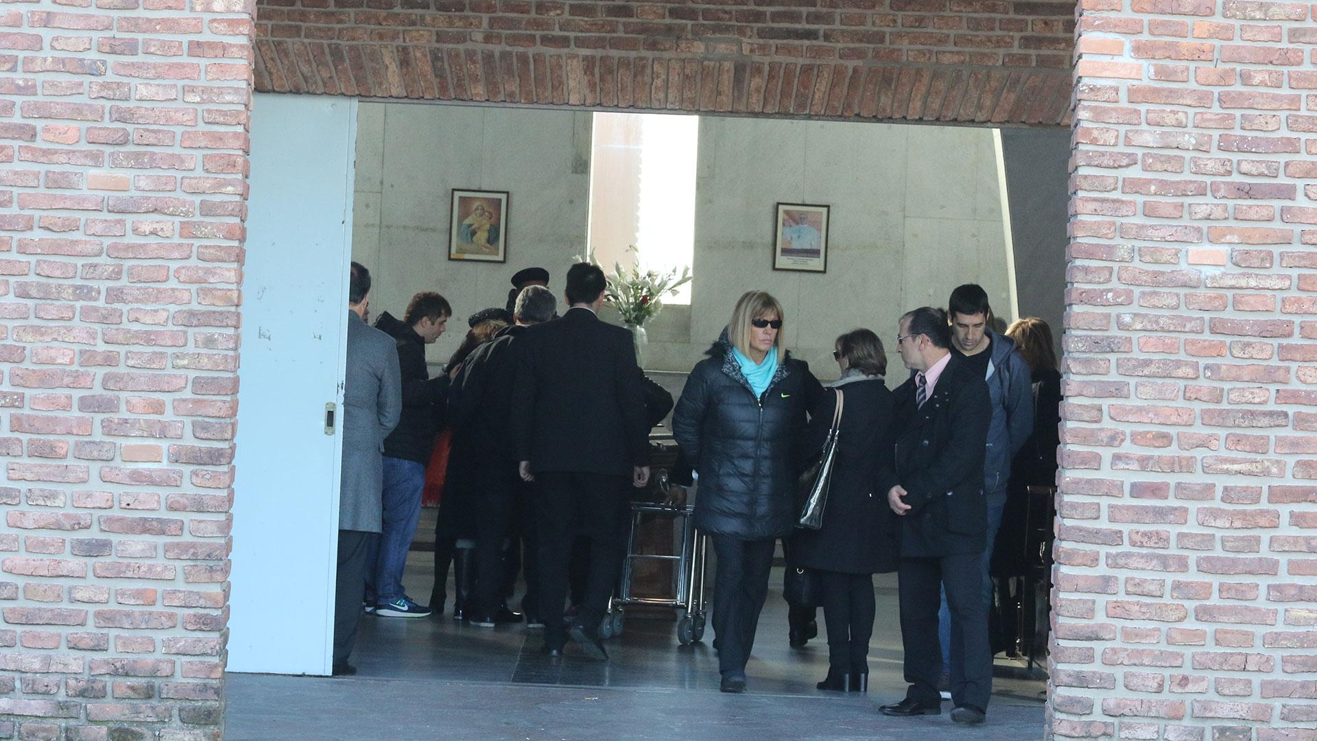 Familiares, amigos y colegas del diseñador en el responso celebrado en el cementerio