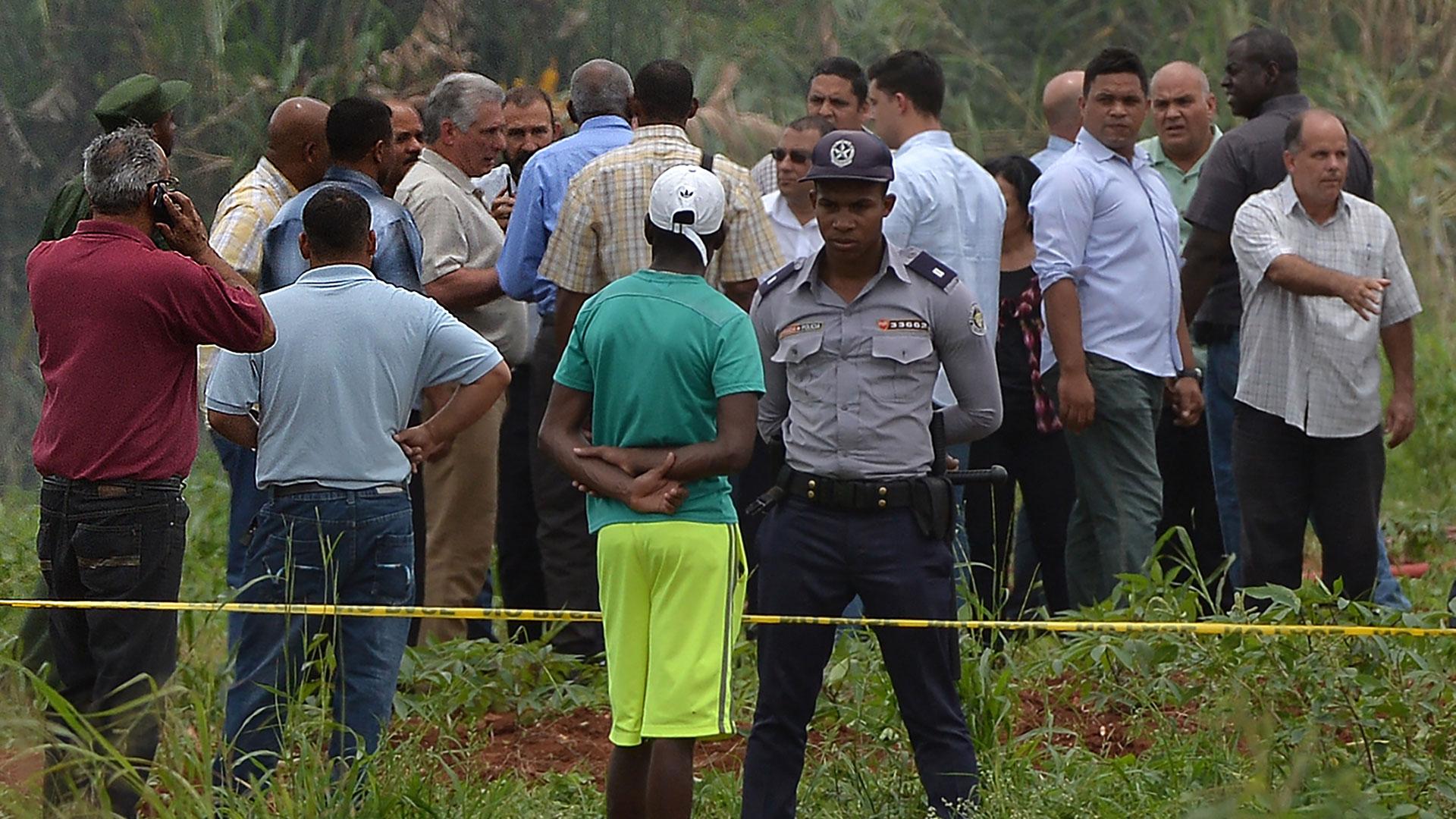 El presidente de Cuba, Miguel Díaz-Canel, se trasladó hasta el lugar del accidente aéreo (AFP)