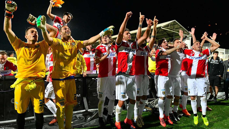 Los jugadores el Parma celebran el ascenso a la Seria A italiana (@ParmaFC)