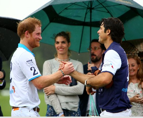 El príncipe Harry y Nacho Figuerasse estrechan la mano frente ala esposa del polista, Delfina Blanquier (Rich Graulich)