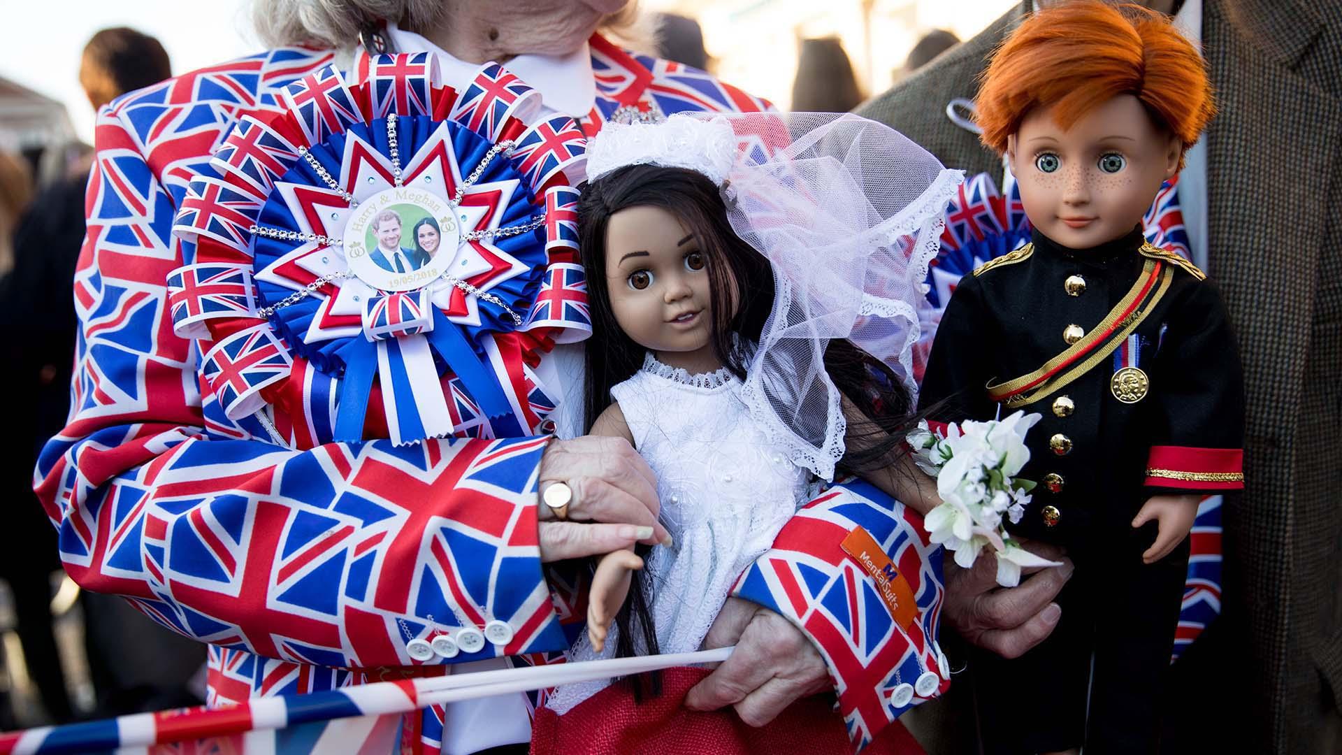 Tanto jóvenes como adultos se mezclaron entre la masa con particulares atuendos: desde banderines y gigantografías de los novios hasta remeras temáticas y caras pintadas