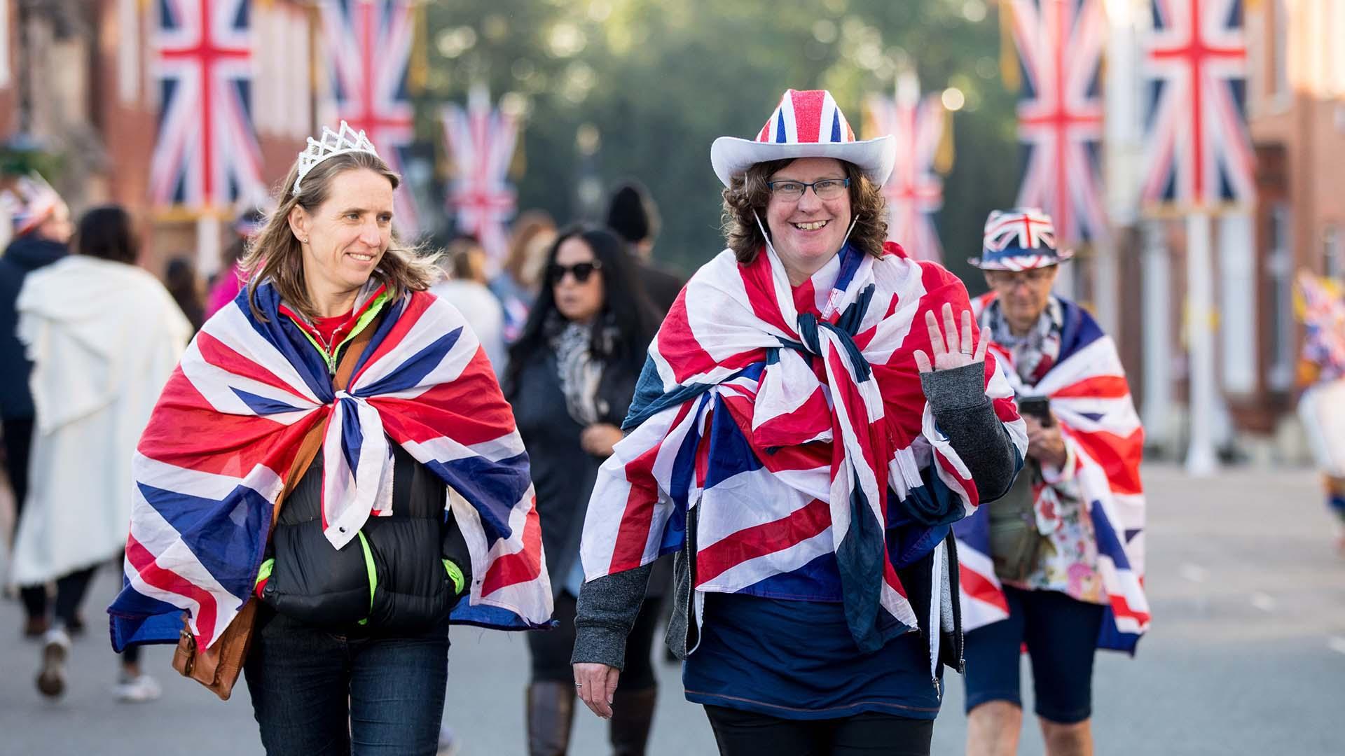Fans de la realeza y sus monarcas, los británicos se lanzaron a las callespara celebrar la boda del príncipe Harry y Meghan Markle (EFE)
