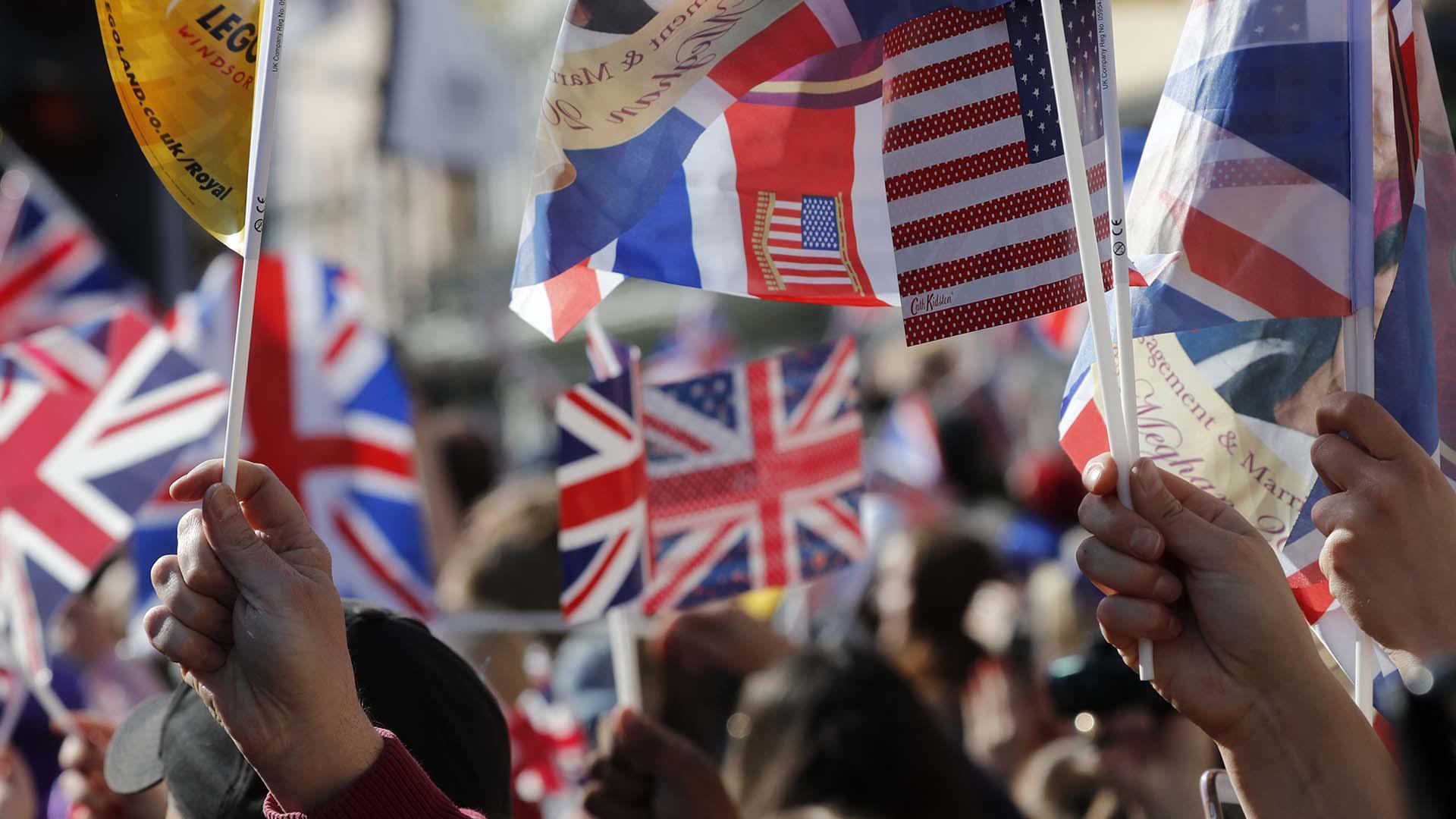 Banderas inglesas y de los Estados Unidos en honor a los novios (AP)
