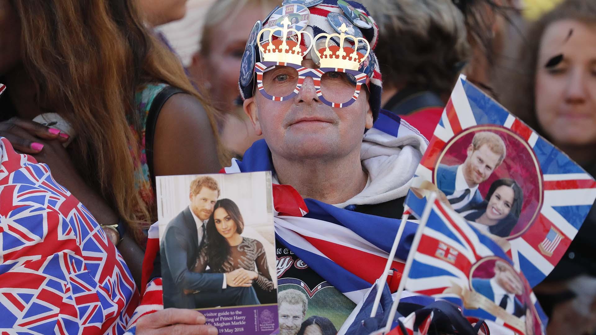 Banderas, anteojos, remeras, sombreros y pins: todo el cotillón real (AP)