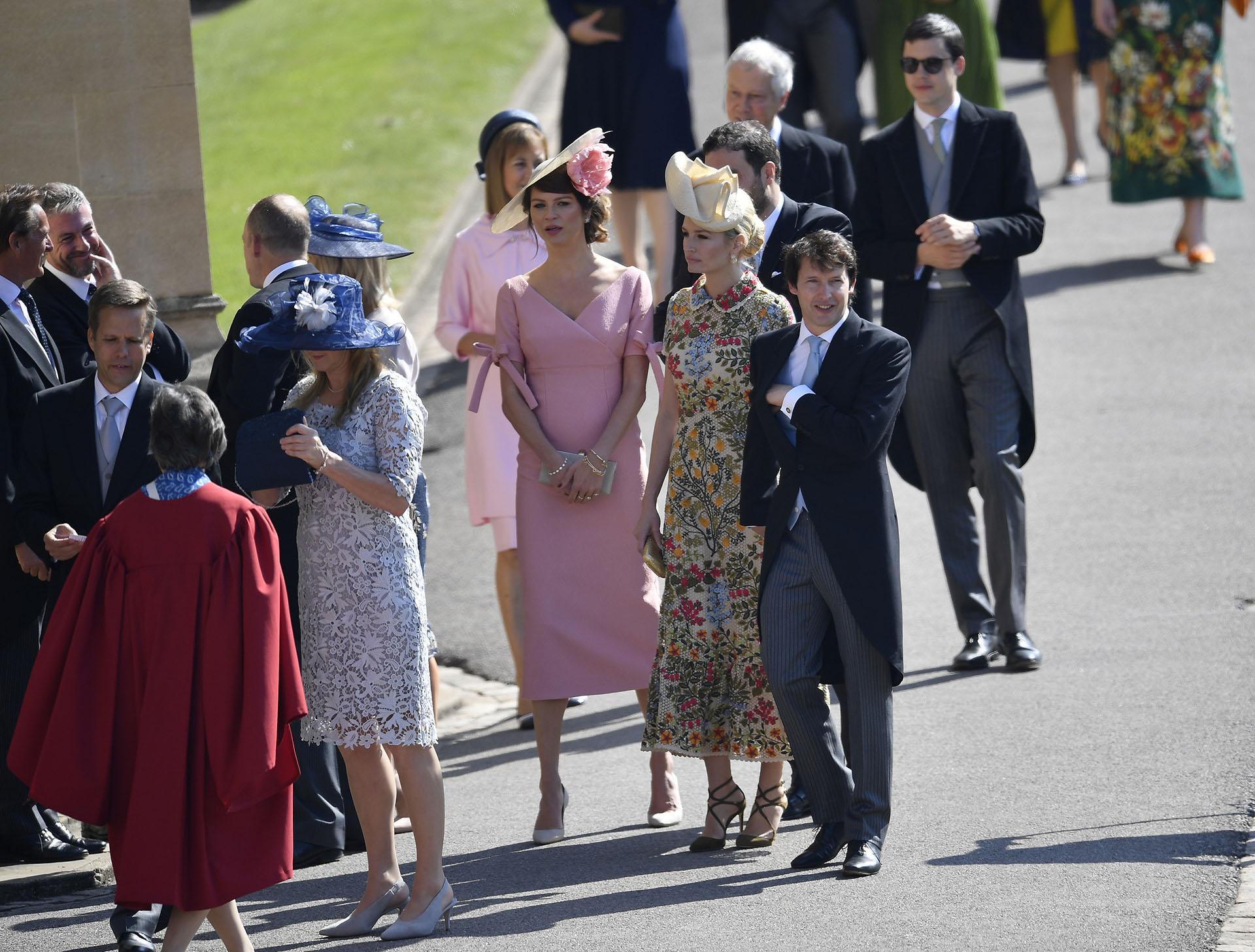 James Blunt y su mujer Sofía esperan apra ingresar a la capilla de St. George (AP)