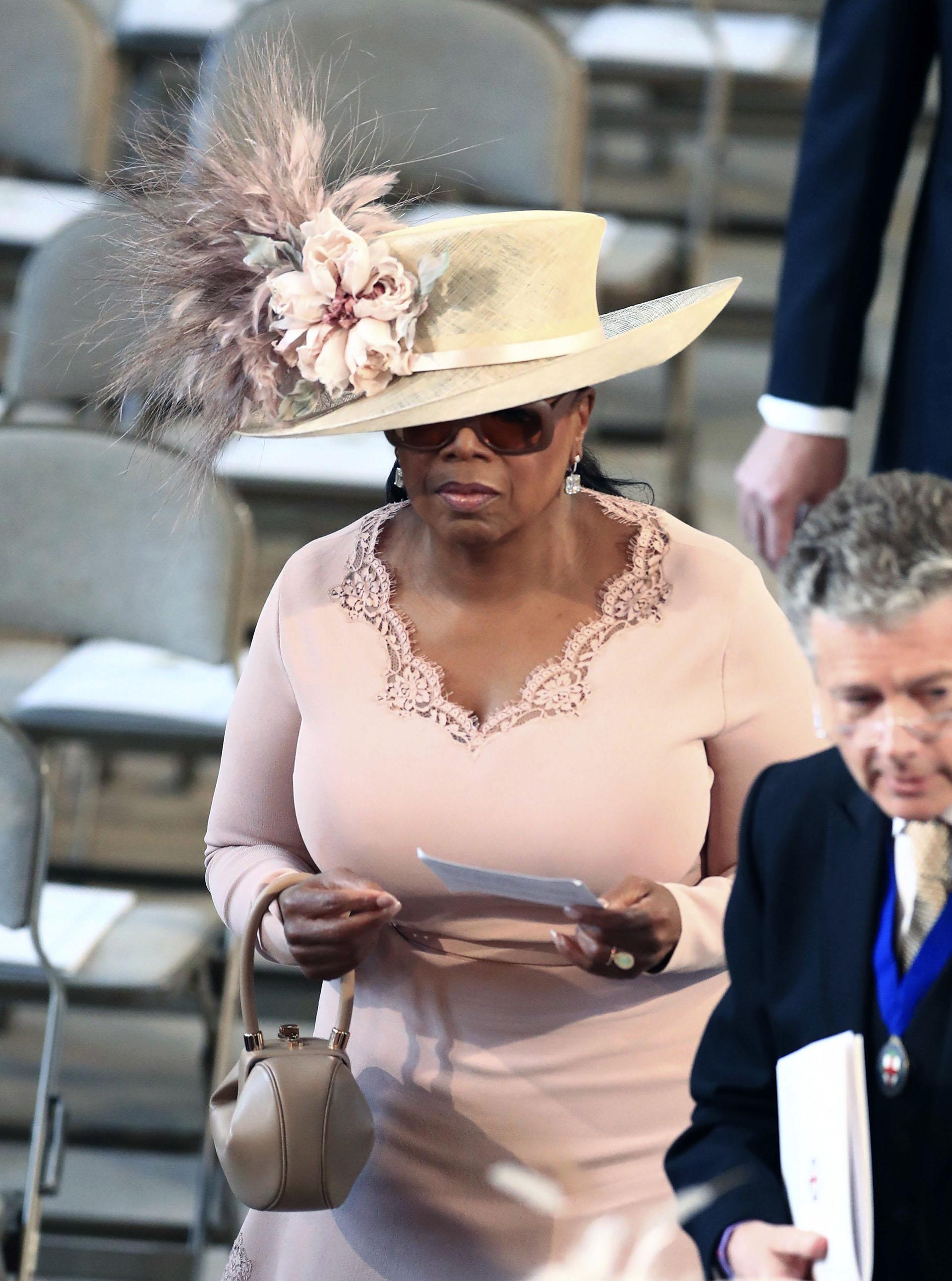 Oprah Winfrey en tono pastel y un imponente sobrero