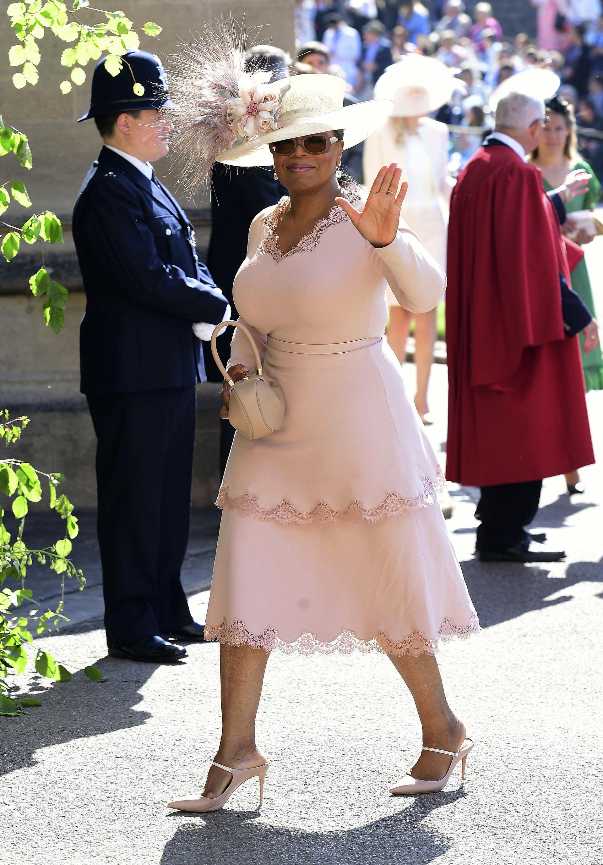 Oprah Winfrey, en tono pastel y un imponente sombrero