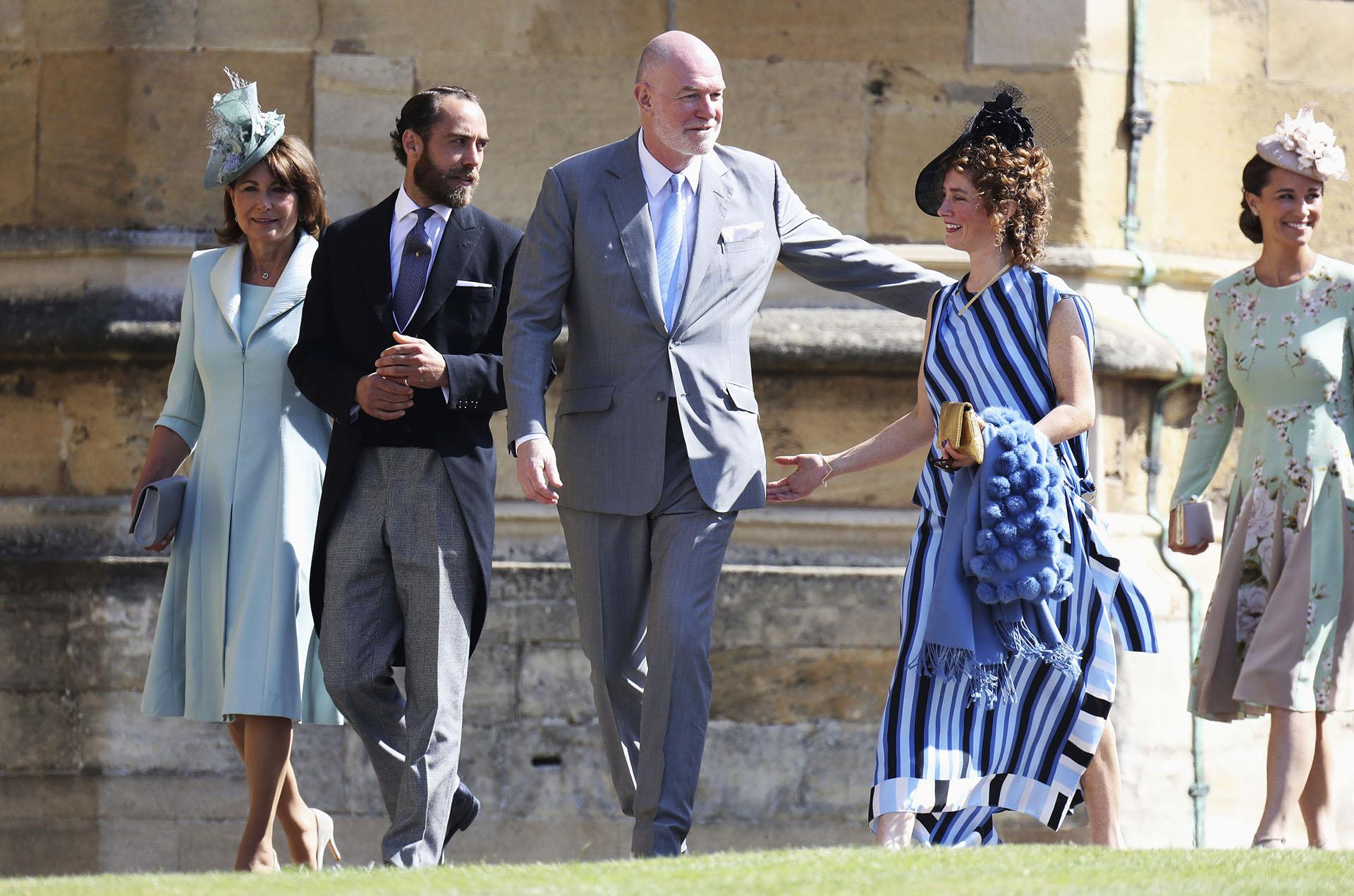 Carol y James Middleton (izquierda) llegan a la boda (AP)