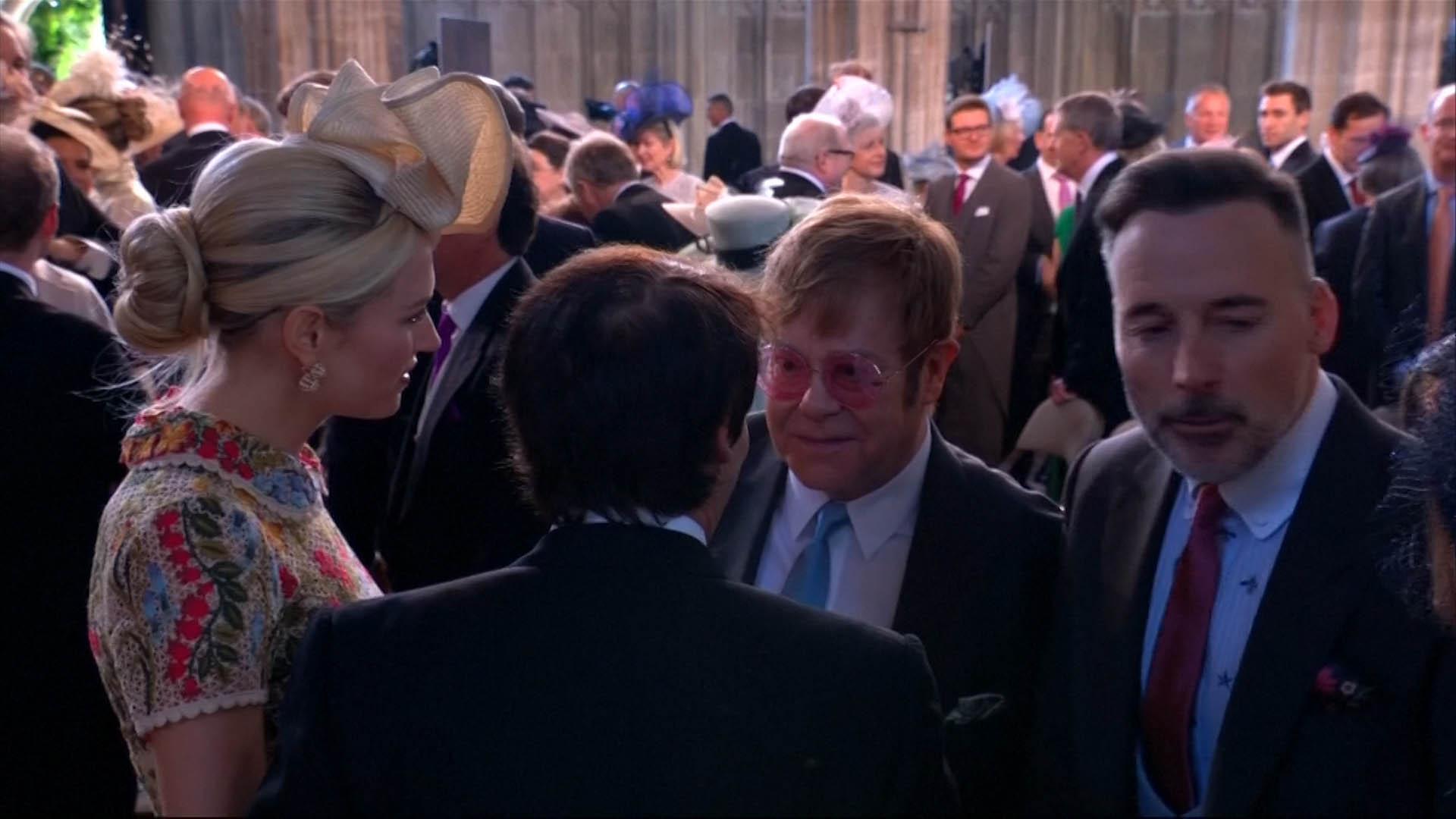 Elton John y David Furnish conversan dentro de la Capilla de St. George con James Blunt y su mujer