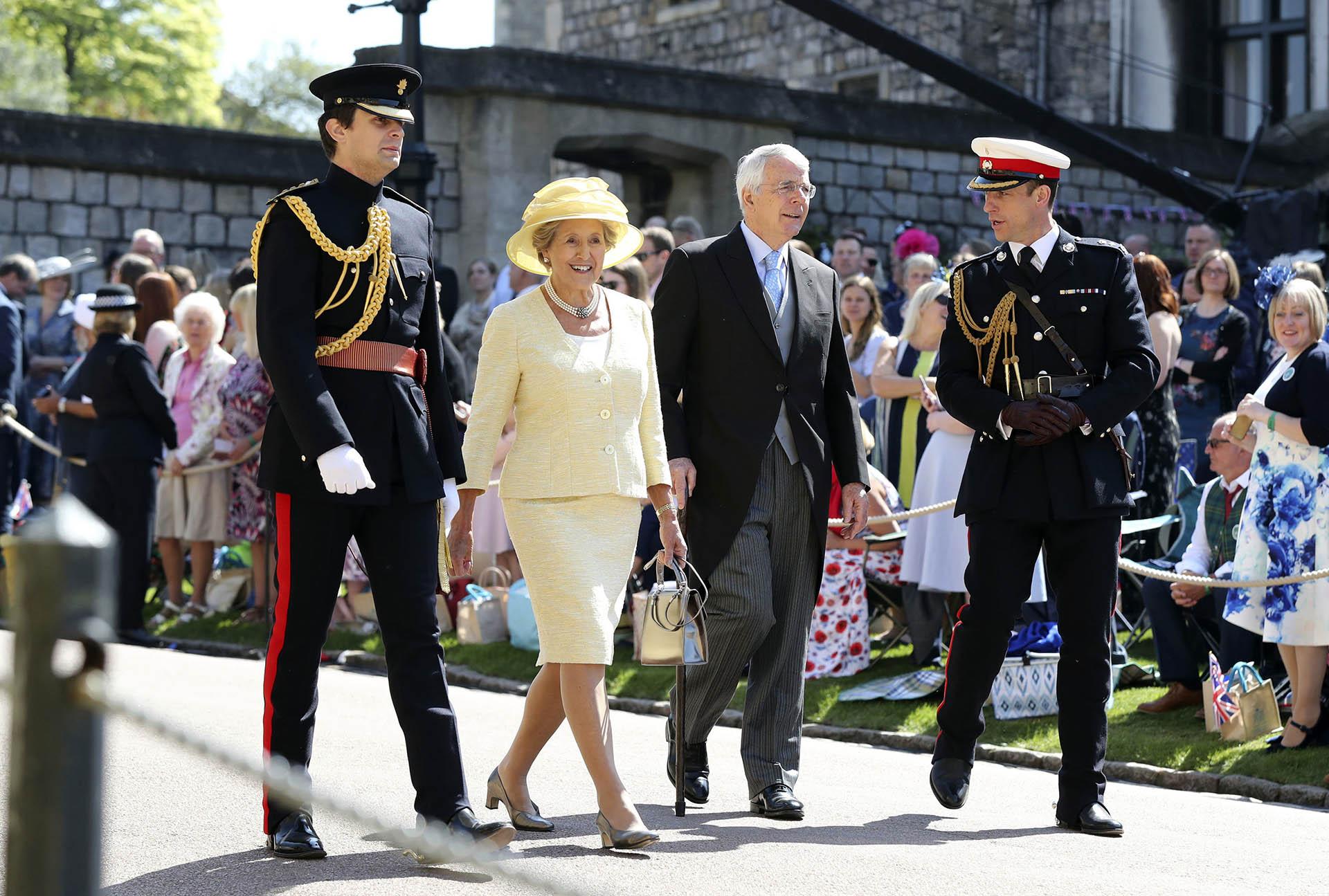 El ex primer ministro Sir John Major con su señora Norma Major (AP)