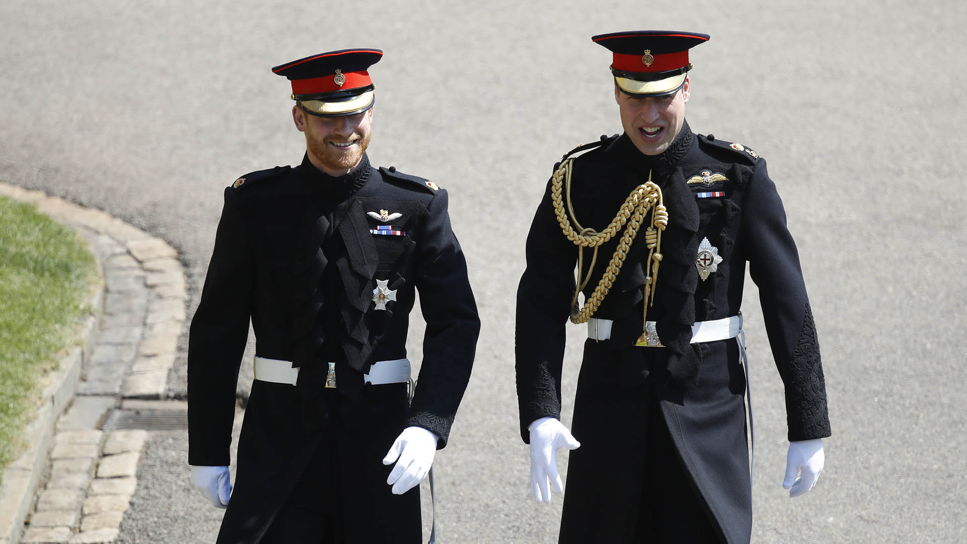 Harry y William, con sus uniformes militares de gala a la llegada a Windsor (AFP)