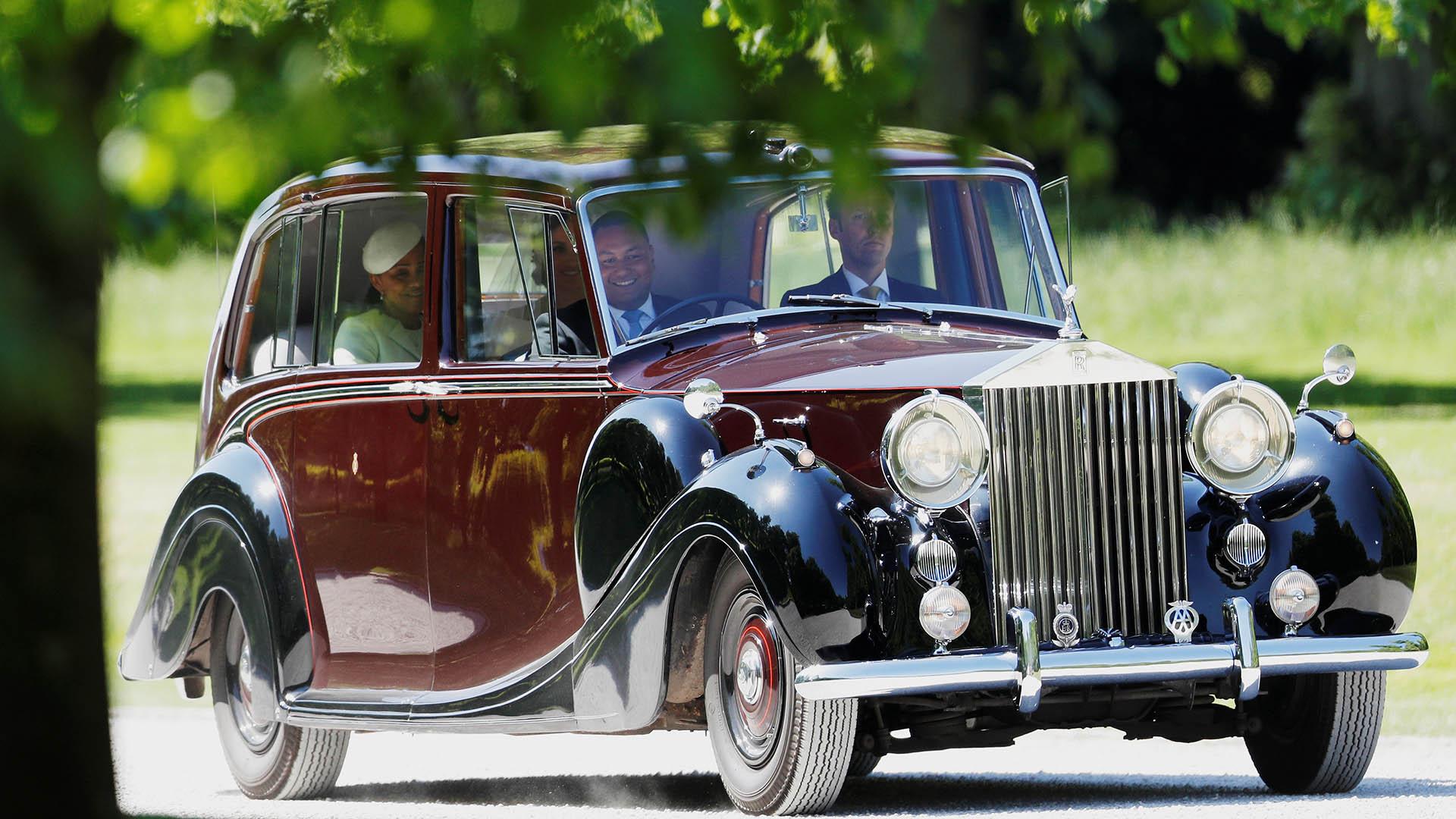 Mehgan Markle llegó en un Rolls Royce Phantom IV junto a su madre Doria Raglan (Reuters)