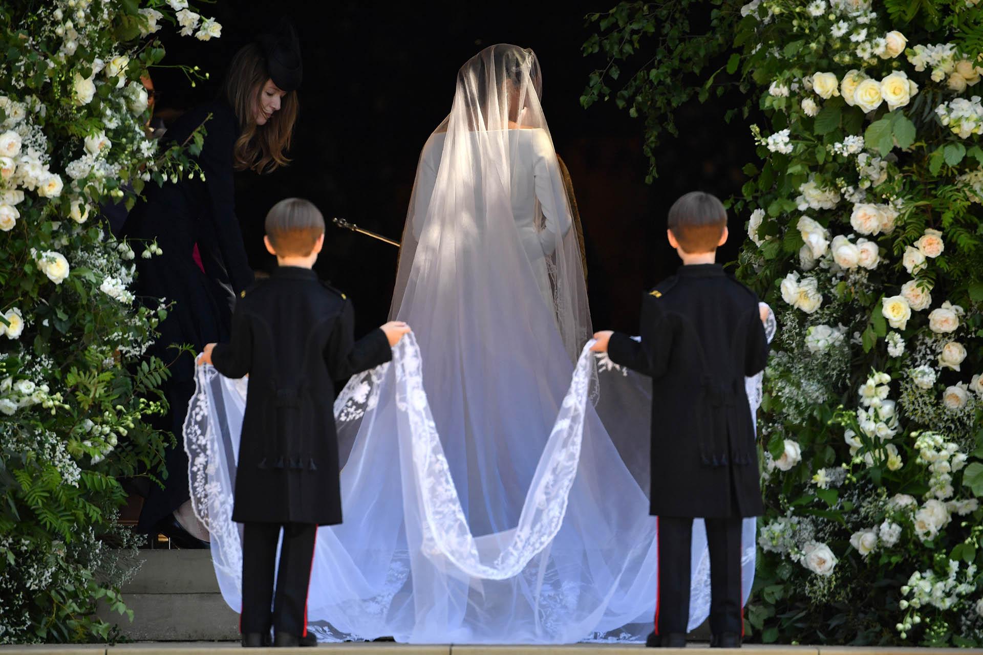 El velo de la novia tiene cinco metros de largo y está hecho de tul de seda con un borde de flores bordadas a mano en hilos de seda y organza (AFP)