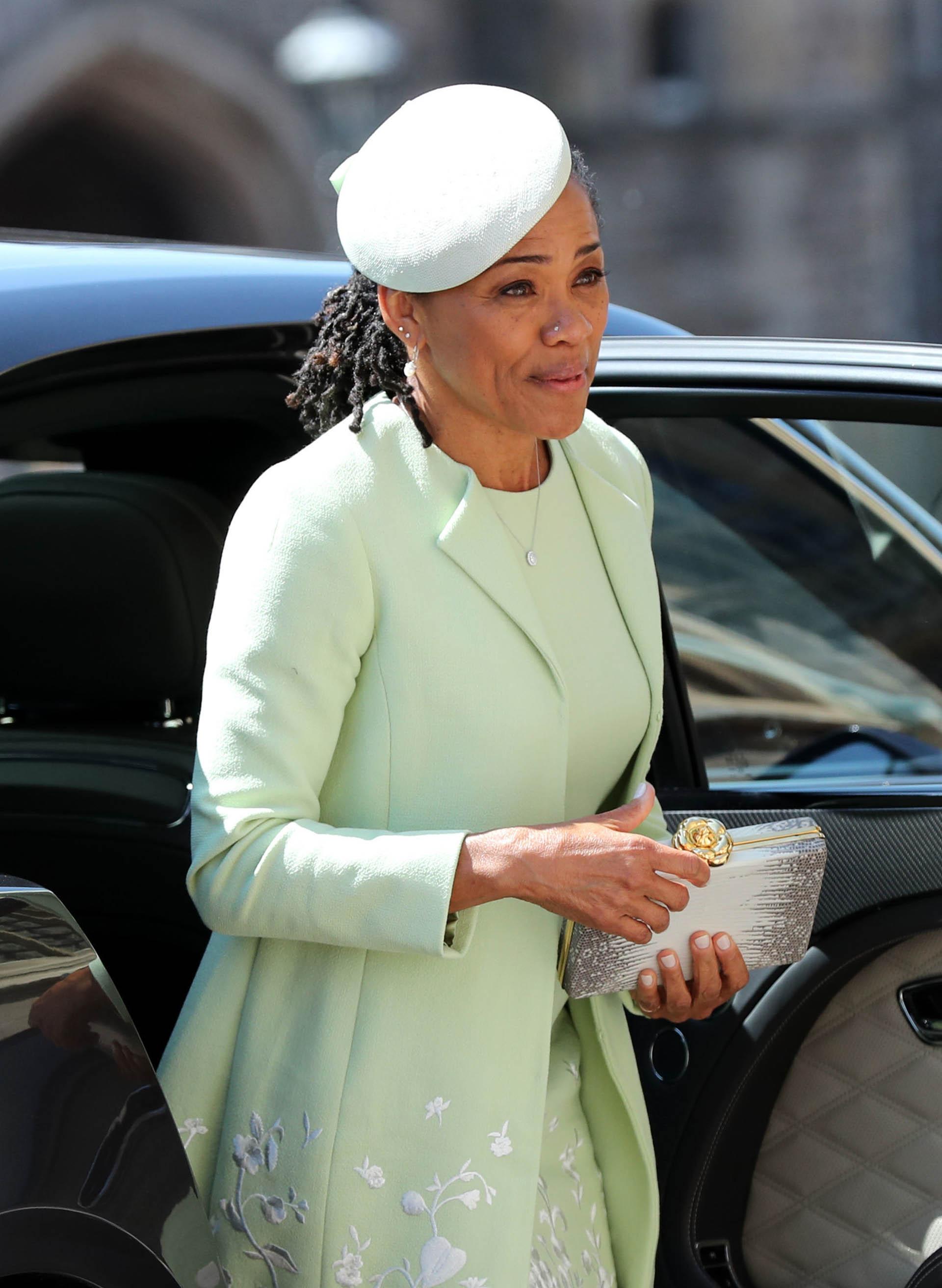 Doria Ragland llegó junto a su hija.Muy elegante con el vestido y tapado de Oscar de la Renta, con delicados bordados en blanco y un clutch en plateado (AFP/Gareth Fuller)
