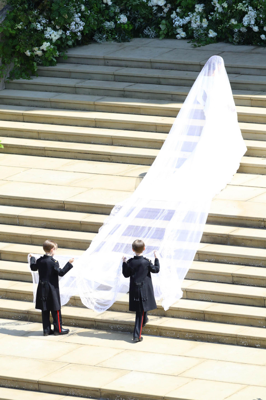 """La británica Clare Waight Keller, directora artística de Givenchy, fue la creadora del vestido de novia. La imponente cola del vestido: """"La señorita Markle expresó su deseo de llevar con ella a los 53 países de la Commonwealth durante la ceremonia"""", anunció el Palacio (EFE)"""