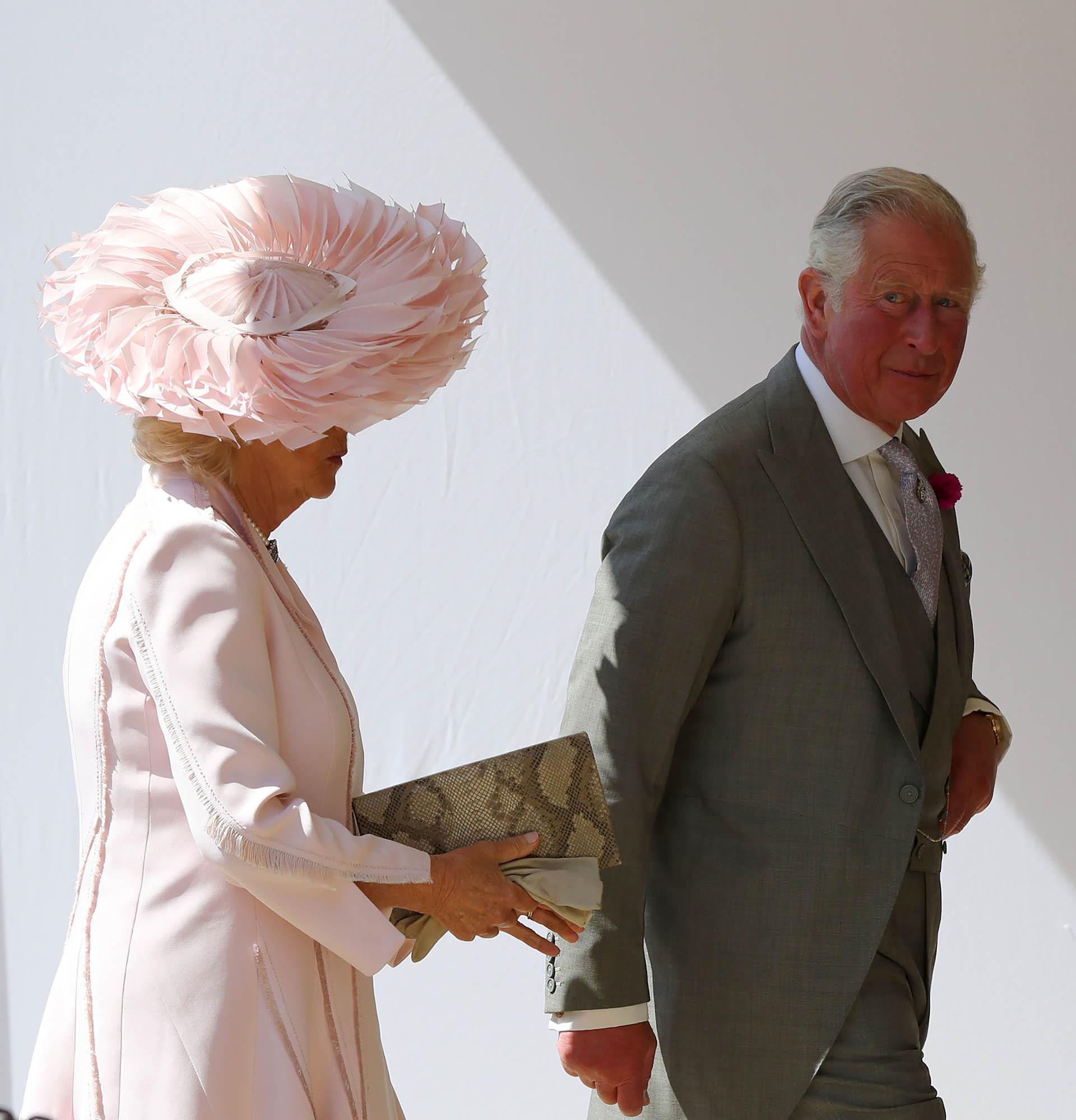 Camila y el príncipe Carlos llegaron temprano a la ceremonia. El descendiente del trono británico había aceptado llevar a la novia hasta el altar, ante la ausencia de su padre que se quedó en los Estados Unidos por problemas de salud