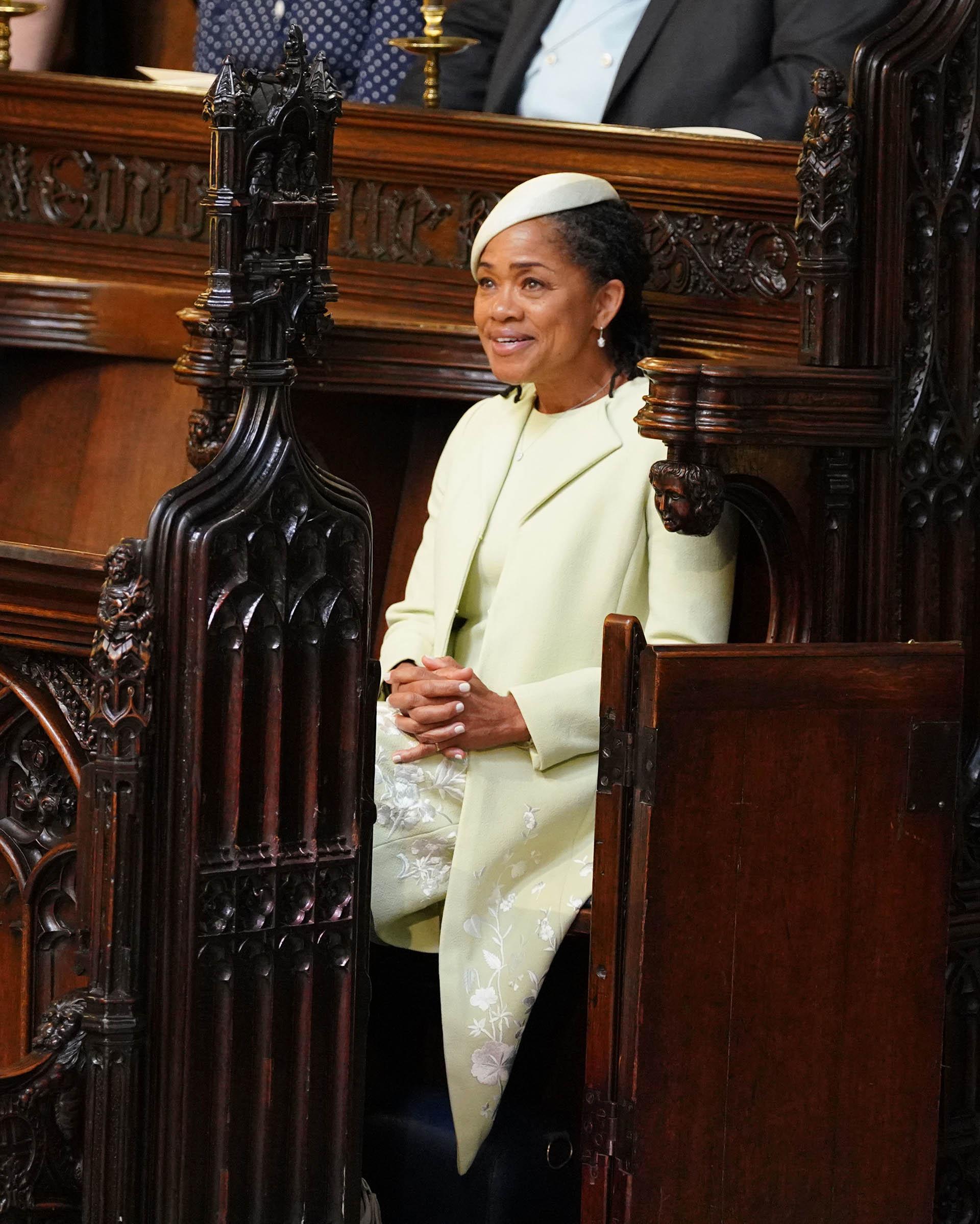 Doria Ragland eligió un vestido en verde pastel con saco 7/8 de Oscar de la Renta y un discreto tocado. Un look que respetó el protocolo aristocrático (AFP)