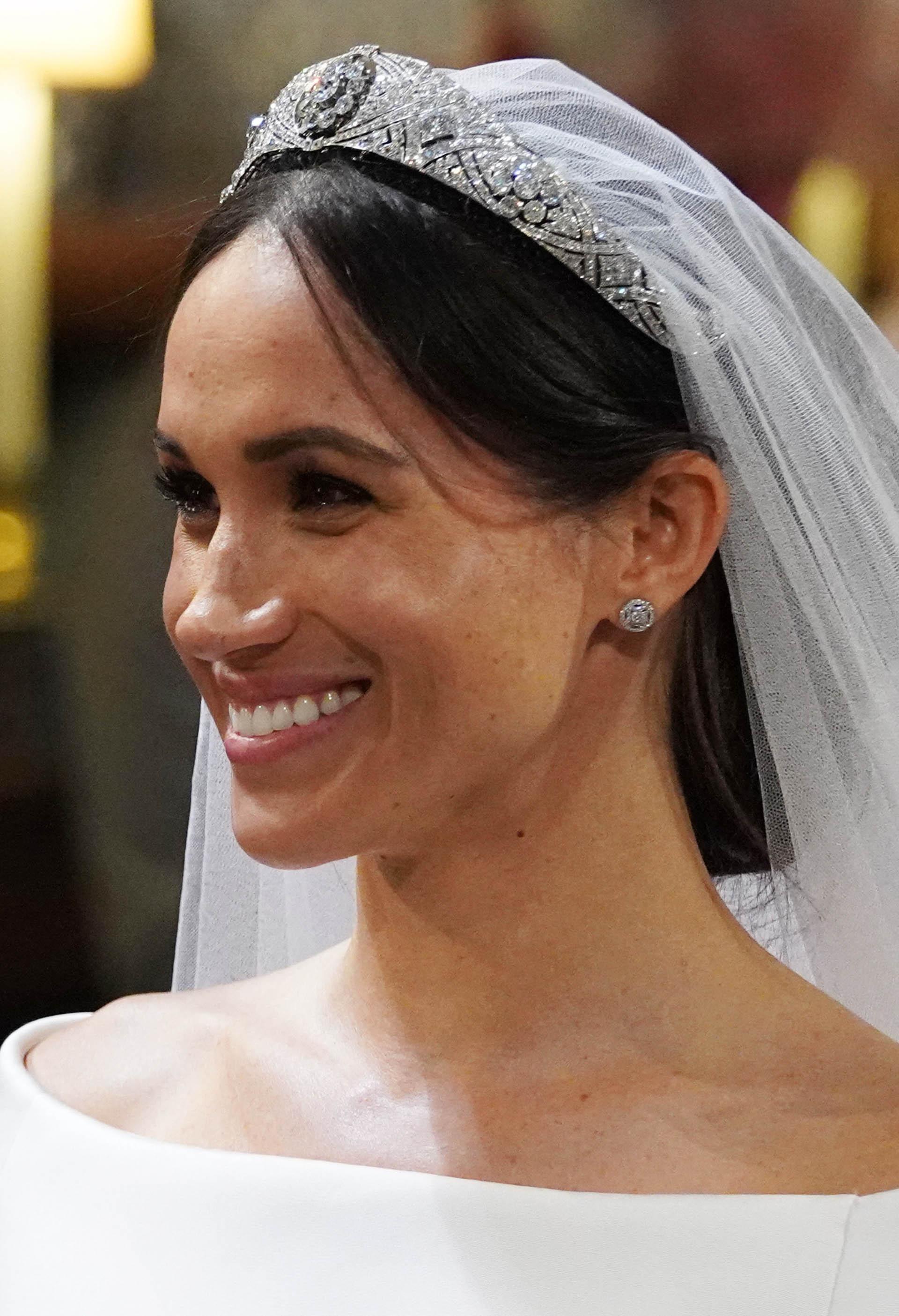 """Tras intercambiar votos de amor y cariño """"hasta que la muerte nos separe"""", Harry, de 33 años y sexto en línea de sucesión al trono británico, colocó un anillo de oro galés en el dedo de Markle (AFP)"""