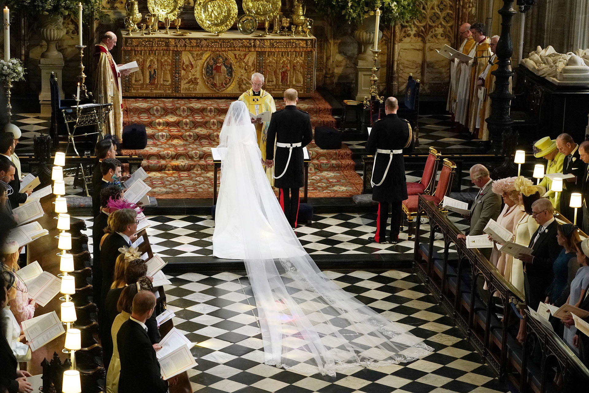 En el altar los esperaban el reverendo David Conner, decano de Windsor, el arzobispo de Canterbury y el obispo Michael Bruce Curry, presidente de la Iglesia Episcopal de los Estados Unidos (AFP)