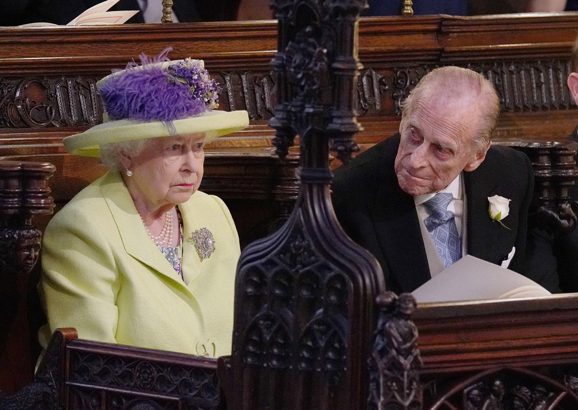 La reina Isabel II fue la última en ingresar a la iglesia, solo minutos antes de la novia (AFP)