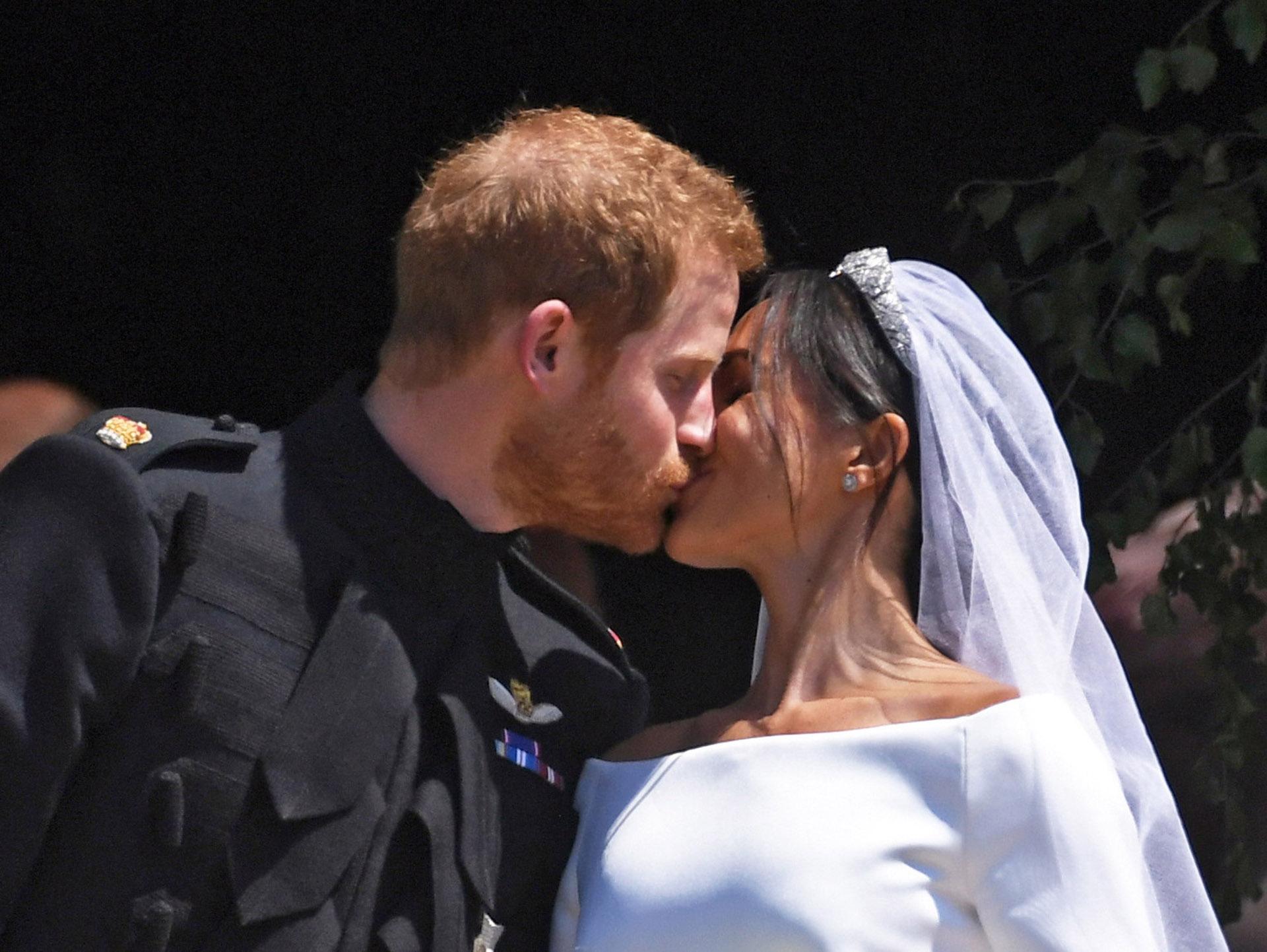 """""""Te ves increíble"""", le dijo el príncipe a Meghan Markle. Besos y ovación de los fans de la pareja que desde temprano se agolparon para aclamarlos (EFE)"""
