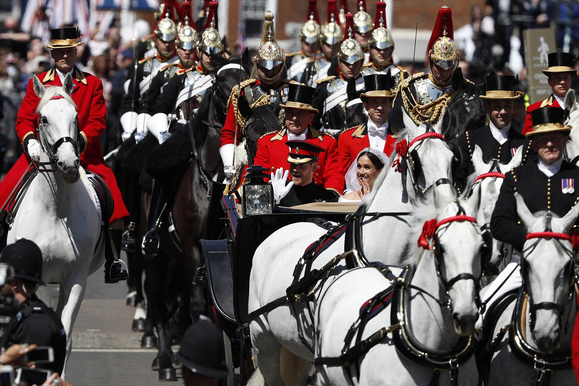 El recorrido de los recién casados fue de 3 kilómetros. Salieron y regresaron al castillo de Windsor luego de saludar a la gente que esperaba en las calles con banderas de ambos países: Reino Unido y Estados Unidos (AFP)
