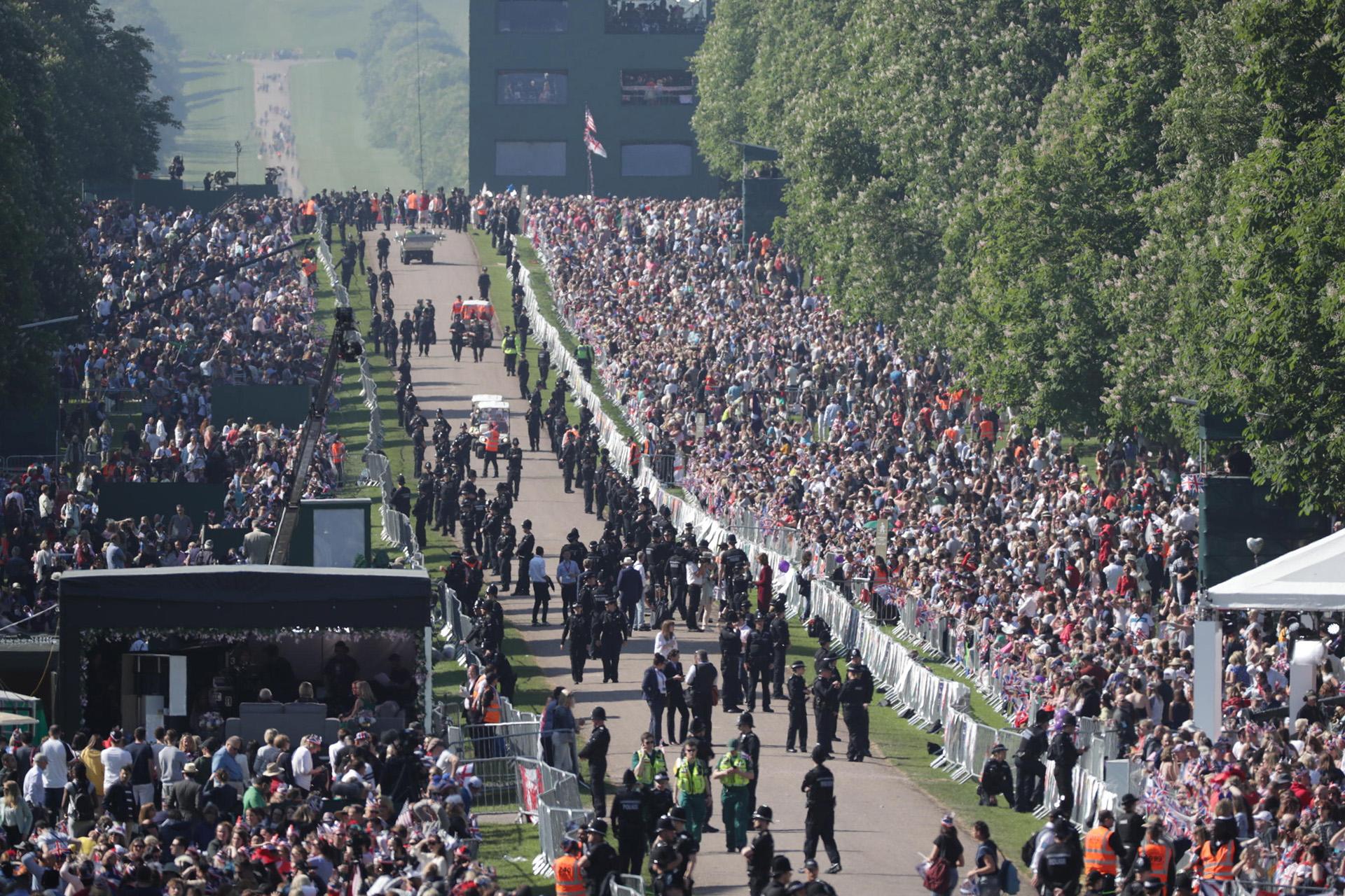Con un fuerte operativo de seguridad, los británicos y turistas se volcaron a las calles en un díaespléndido de sol (EFE)