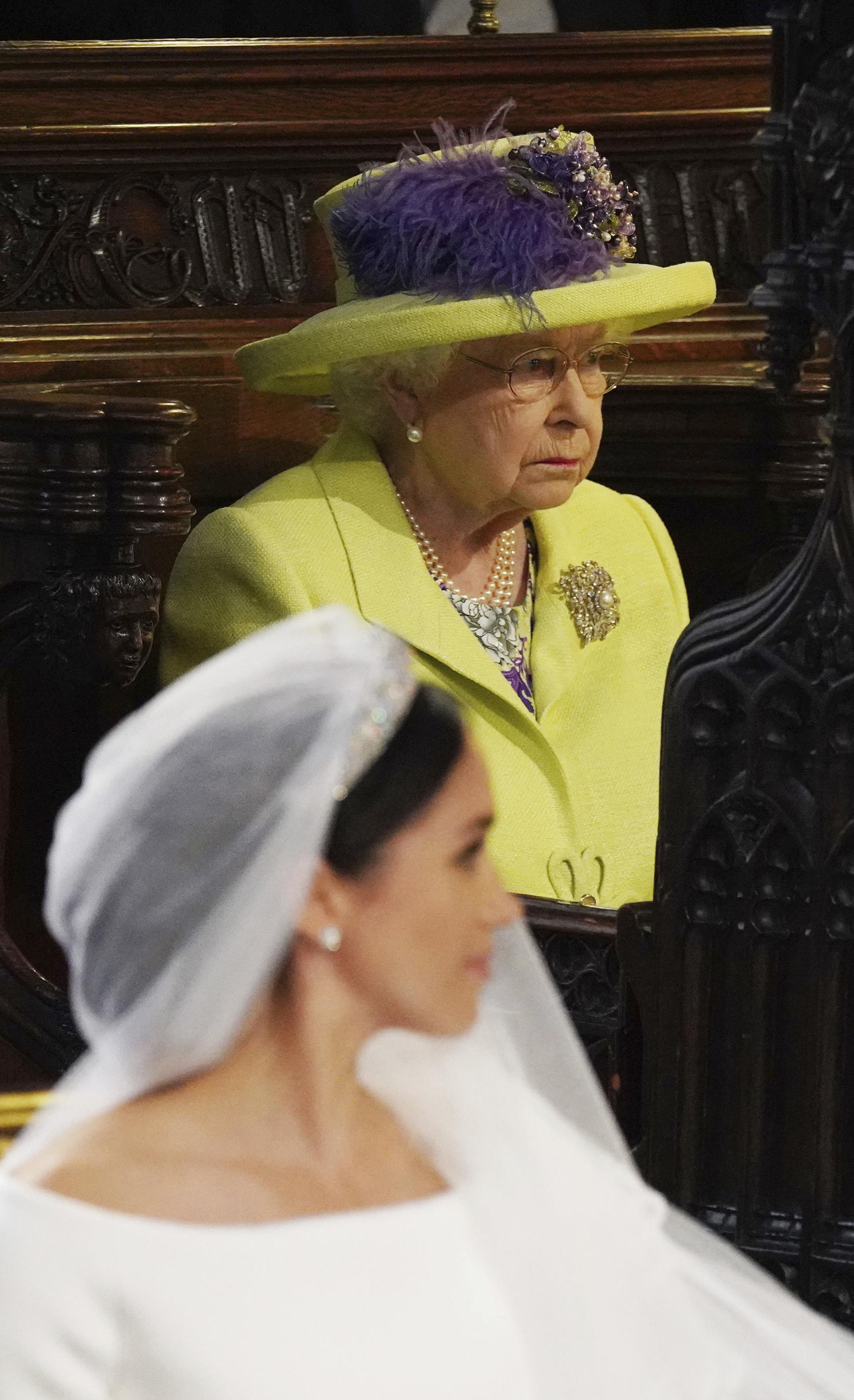 La reina llevó un traje verde manzana y un sombrero con plumas naturales en tono lila (AP)