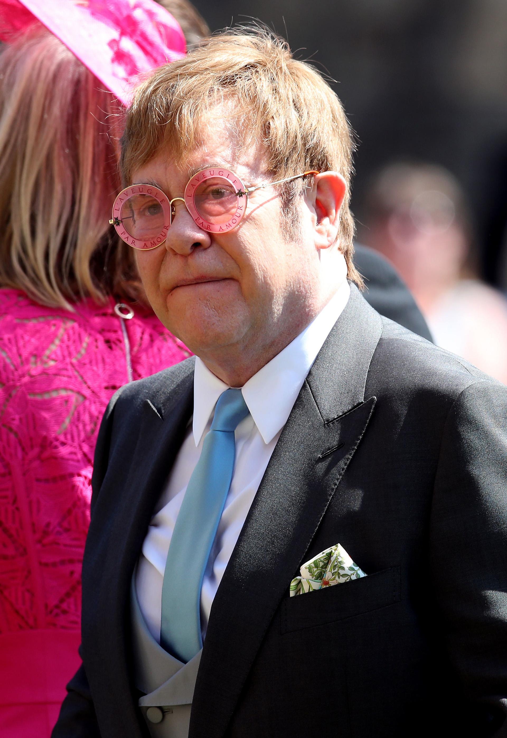 """Elton John y unosanteojos perfectos para la boda con la inscripción """"l'aveuglé par l'amour"""" (cegado por el amor) (AFP)"""