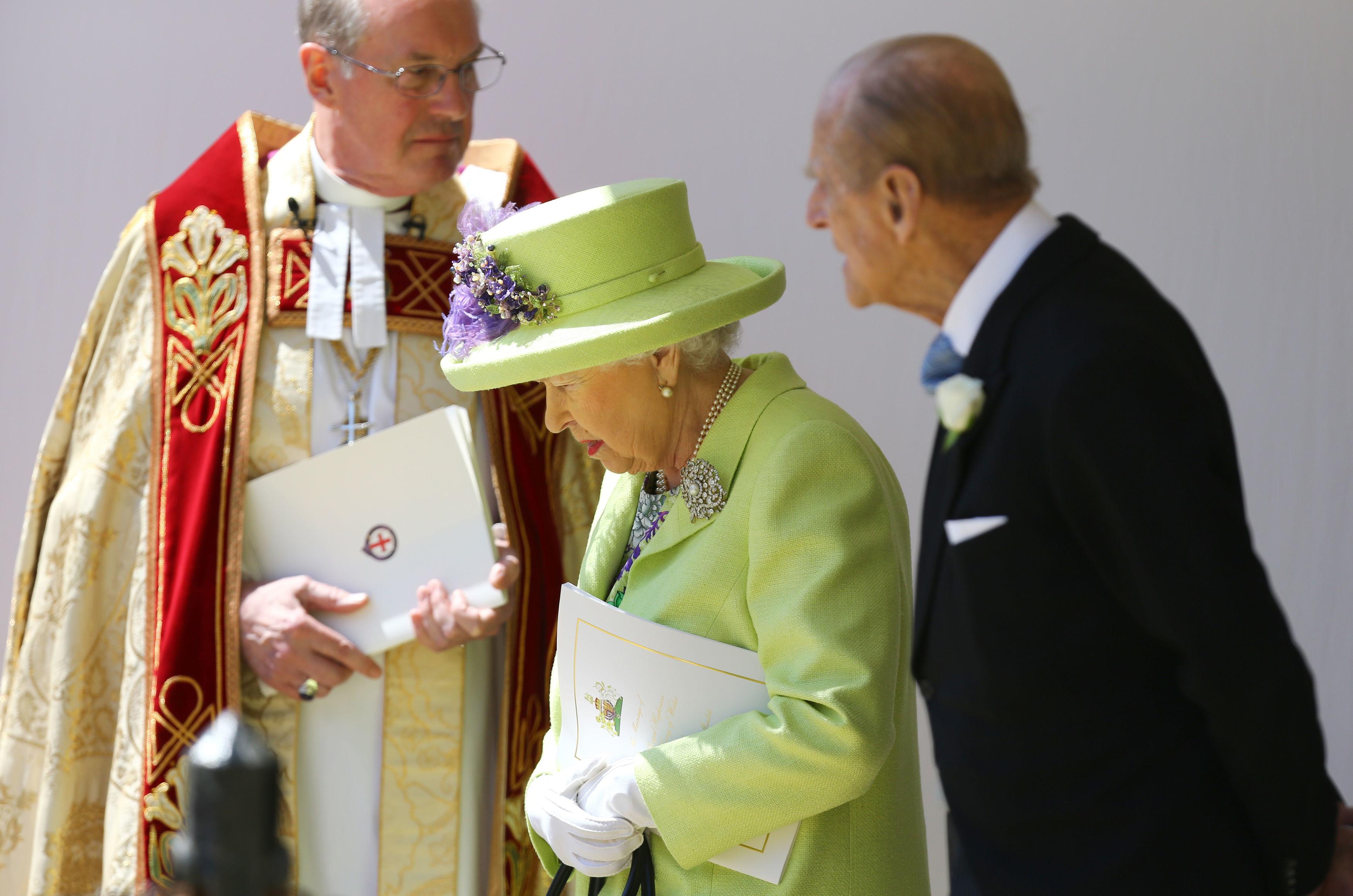 El saludo del obispoa la reina y a Felipe de Edimburgo(AFP)