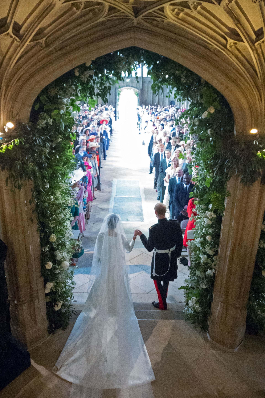 Los novios salende la nave principal de la capilla, la convertidos en marido y mujer (AFP)