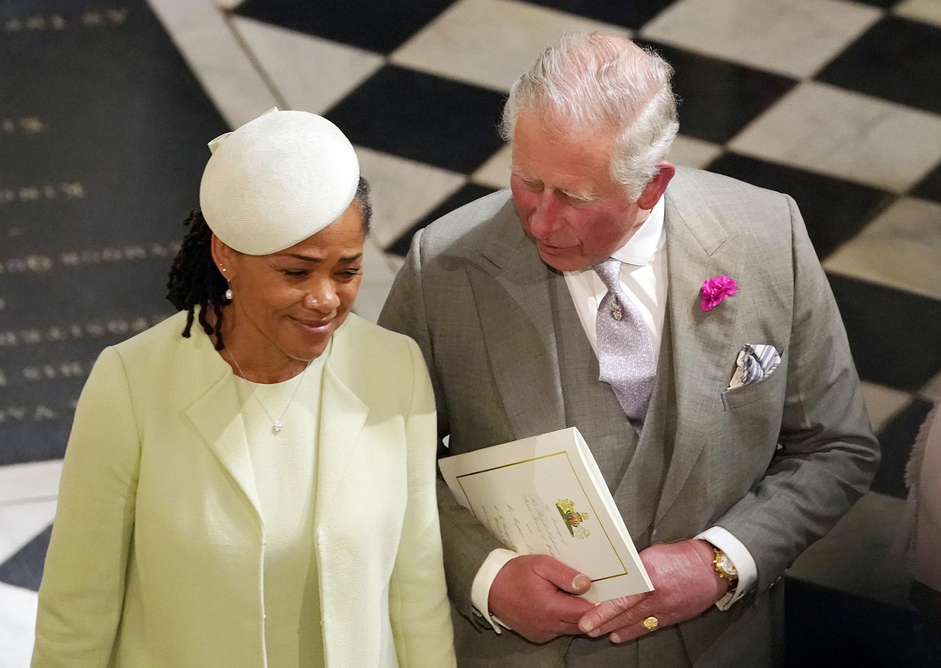 El padredel novio, el príncipe Carlos, y la madre de la novia, Doria Ragland, al finalizar la ceremonia (AFP)