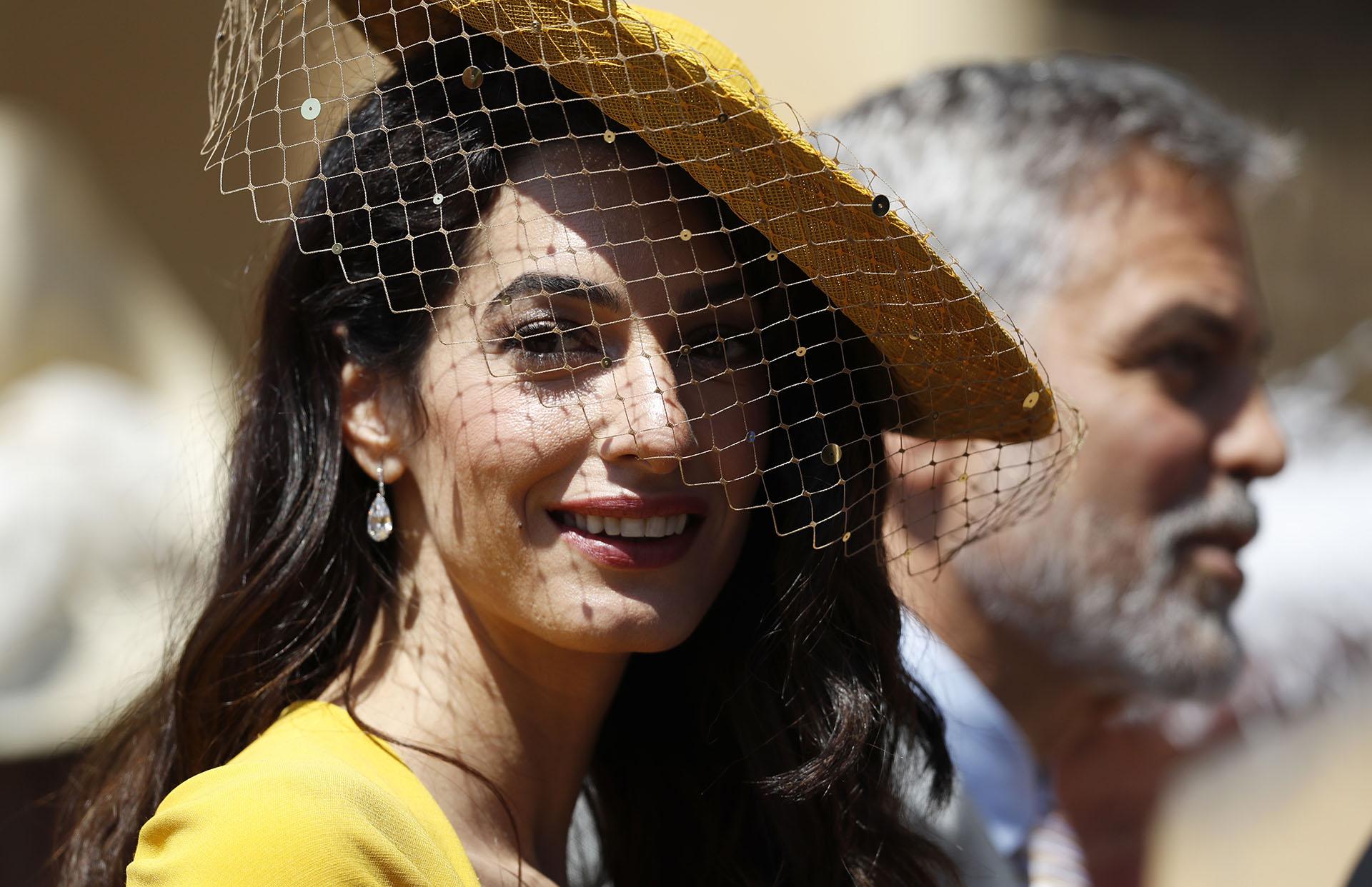 Amal Clooney y su espectacular sombrero con red (AFP)