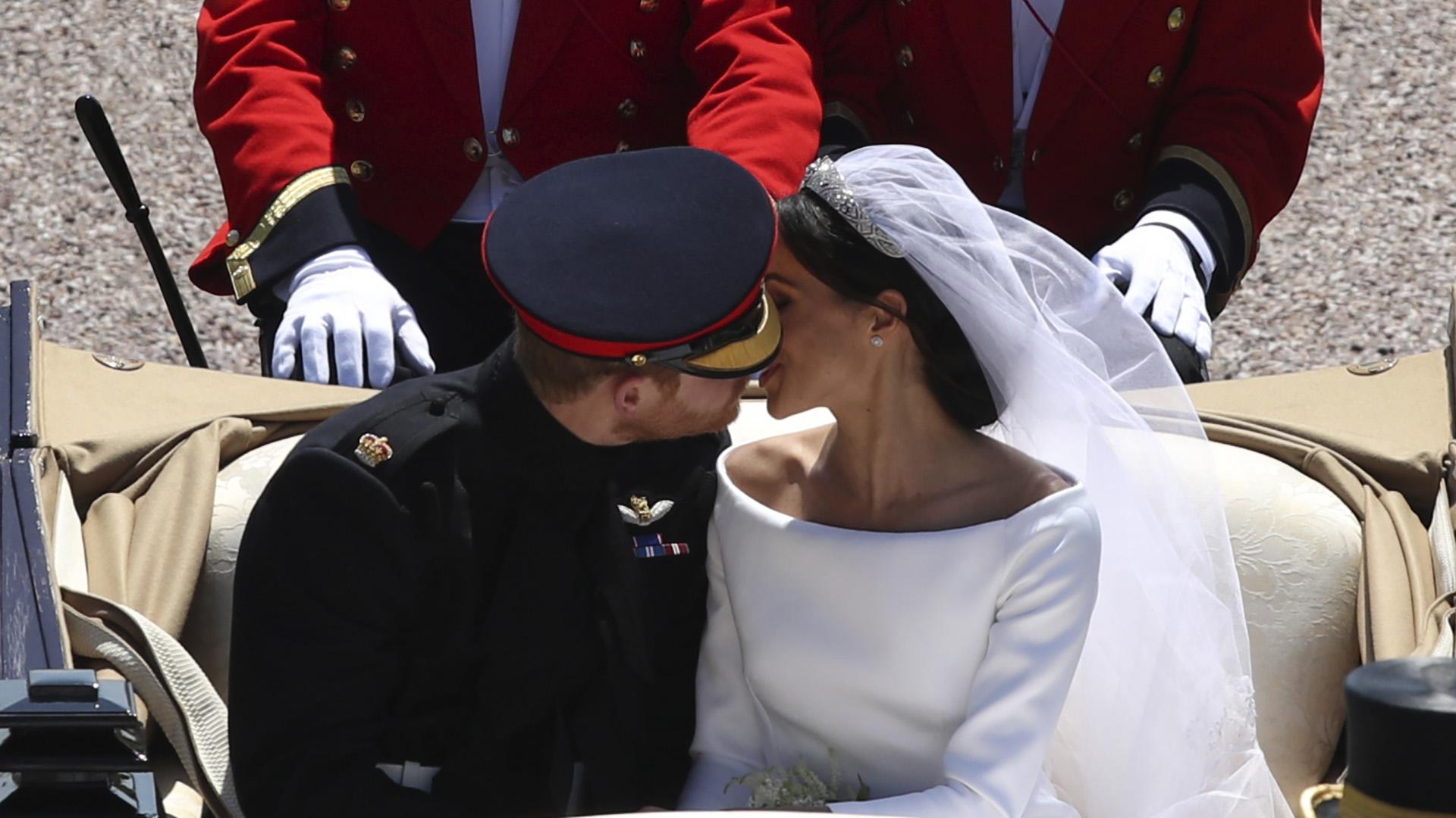 A los besos en el carruaje real, Harry y Meghan vivieron una historia de amor fulminante que empezó con encuentros secretos en viajes relámpago para ocultarlo de la prensa. Fue una amigo en común quien los presentó (Yui Mok/ AP)