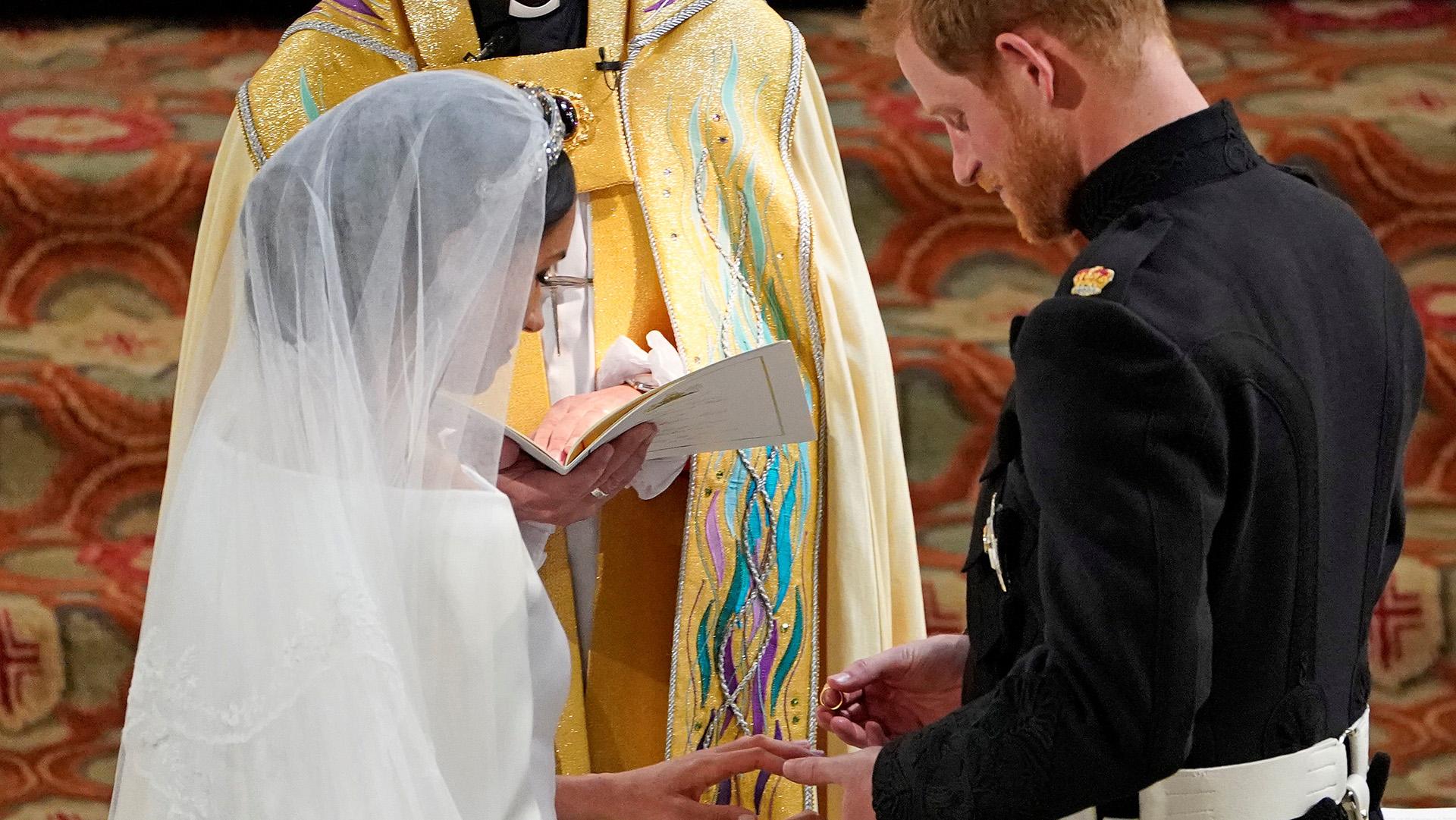 """""""Yo te tomo por esposa"""": el conmovedor momento de las alianzas.La alianza de la novia es de oro galés y regalo de la reina Isabel II. El anillo de Harry es de platino. Ambas piezas fueron fabricadas por Juwelier Cleave and Company (Owen Humphreys/Reuters)"""