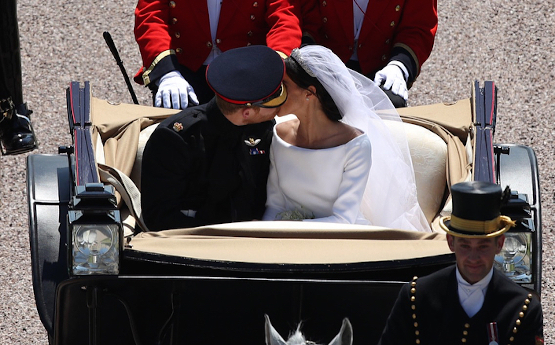 https://s3.amazonaws.com/arc-wordpress-client-uploads/infobae-wp/wp-content/uploads/2018/05/19181537/GENTE-boda-real-principe-harry-meghan-markle-carruaje-beso.jpg