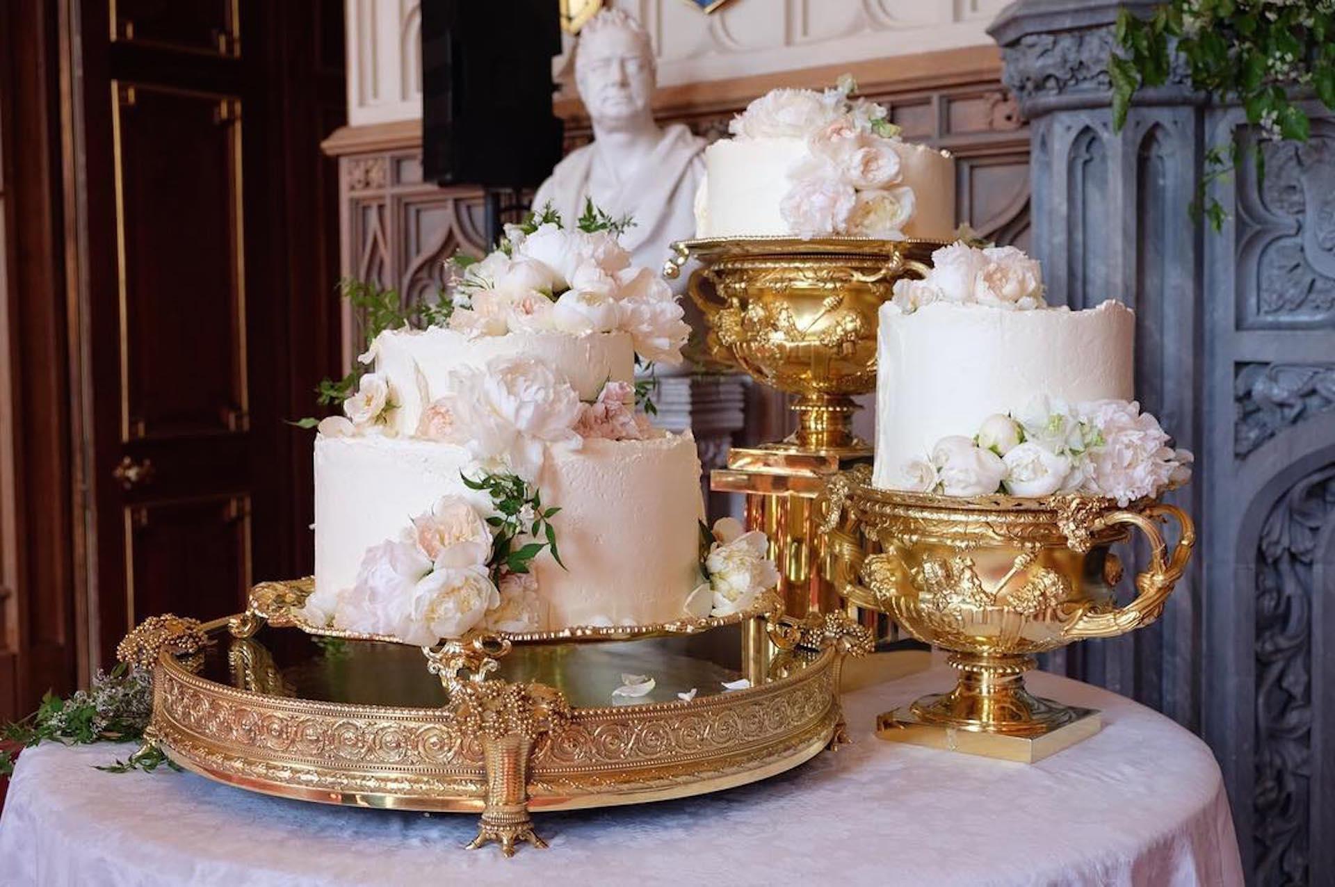 La original torta de bodas realizada por Claire Ptak y decorada con flores naturales.