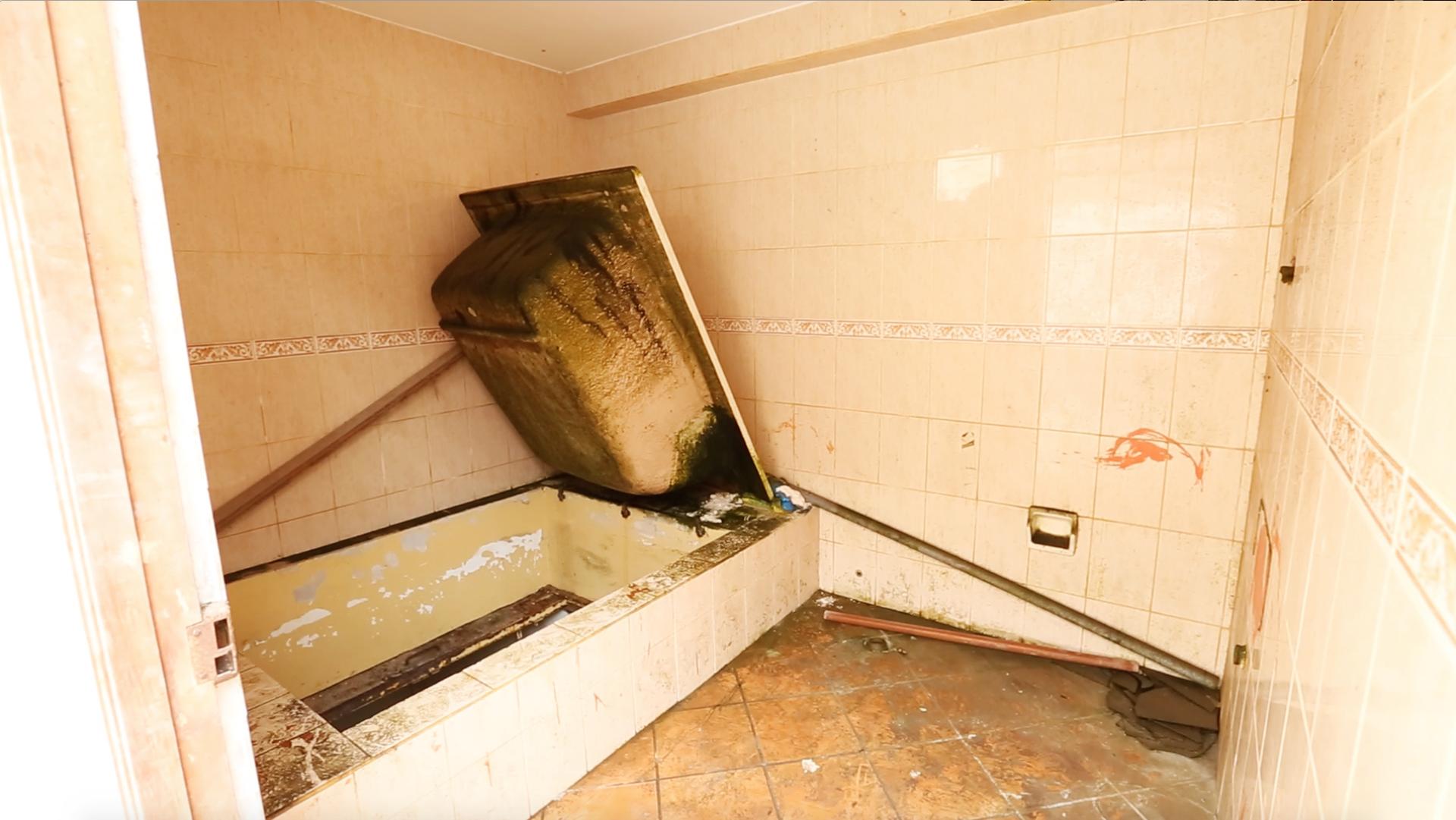 Estos pasadizos subterráneos, a los que se podía acceder debajo de tinas falsas, jardines y al lado de la piscina, estaban reforzados con planchas de acero
