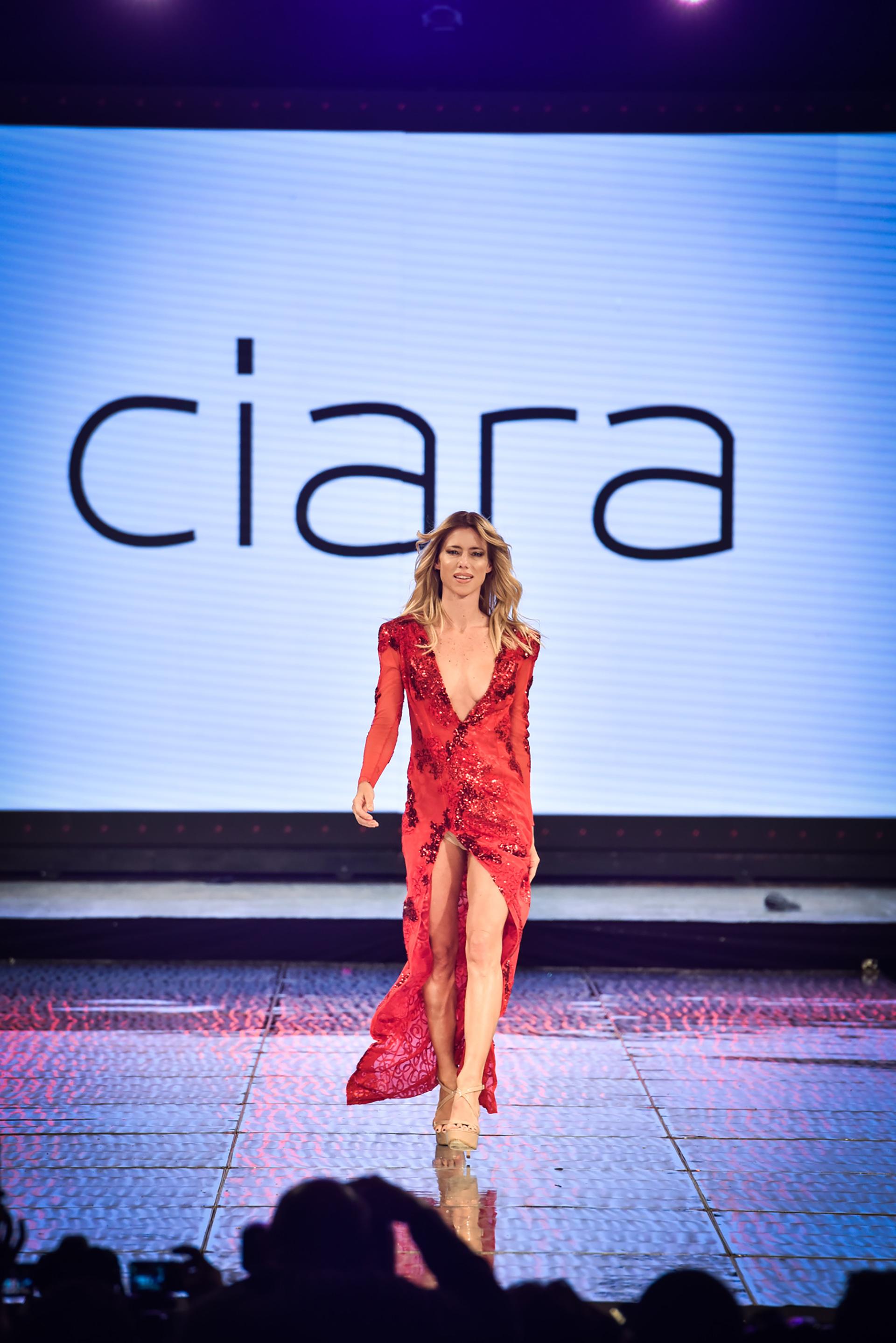Con una colección de vestidos de fiesta, cortos y largos, de escotes pronunciados, transparencias y bordados, las diseñadoras de la marca buscaron realzar la sensualidad femenina