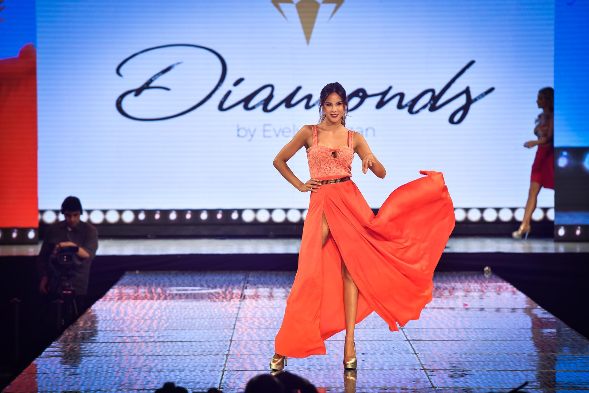 La colección de Diamonds by Evelyn Bazan reflejó en sus prendas un estilo barroco repleto de rojos bordados y el pret a porter adaptado al siglo 21