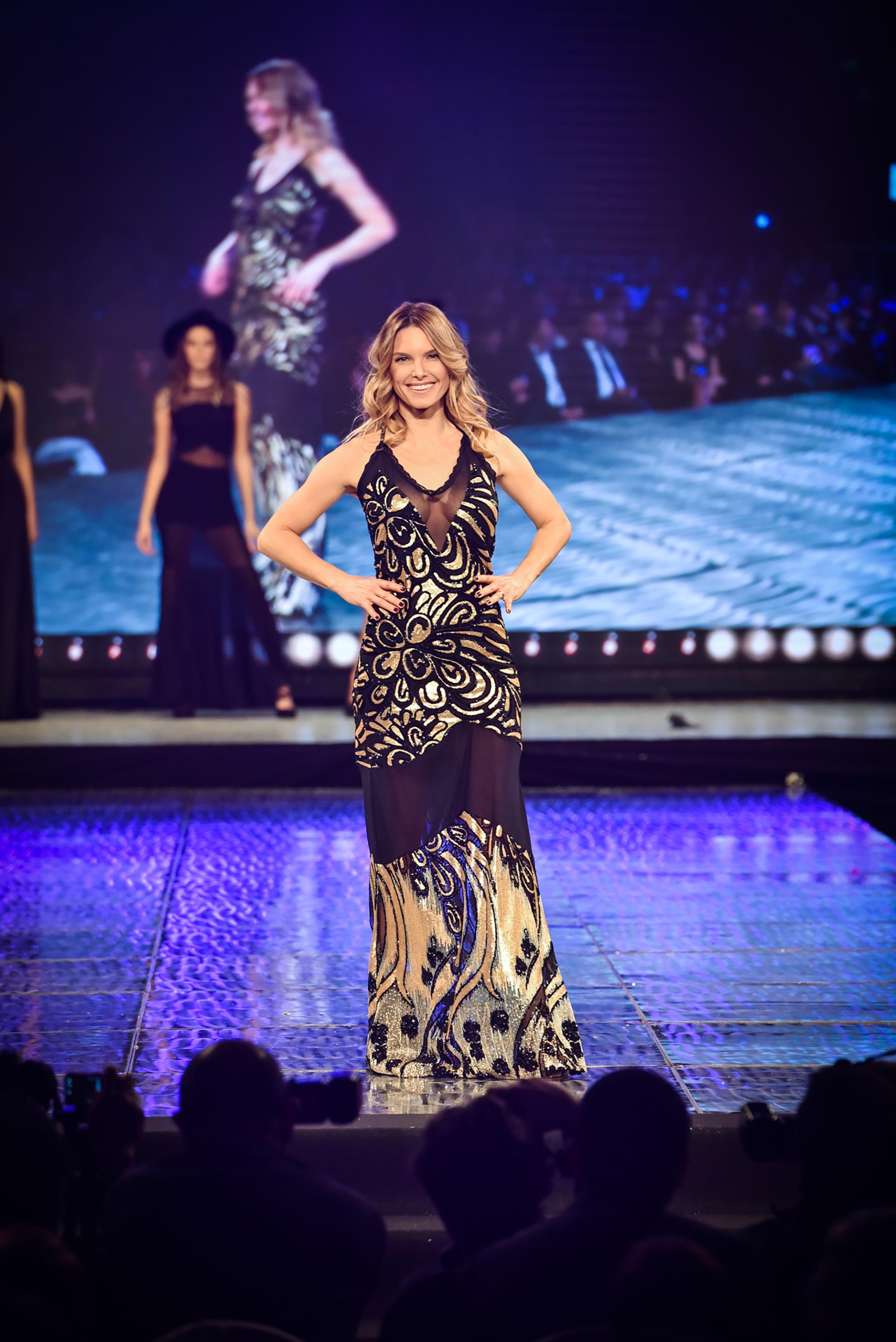 Para la diseñadora, en sus prendas, la mujer armoniza sensualidad y elegancia