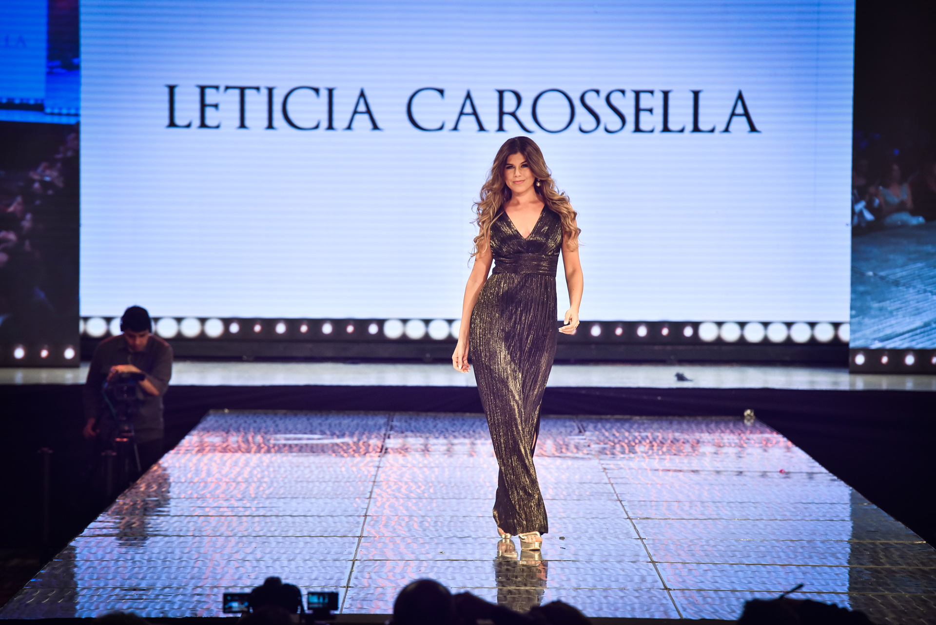 Con diseños que realzan la silueta femenina y con texturas en terciopelo, la modelo Antoniale abrió la pasada de la marca Carossella que tenía una premisa clara: diseños elegantes, finos y sotisficados