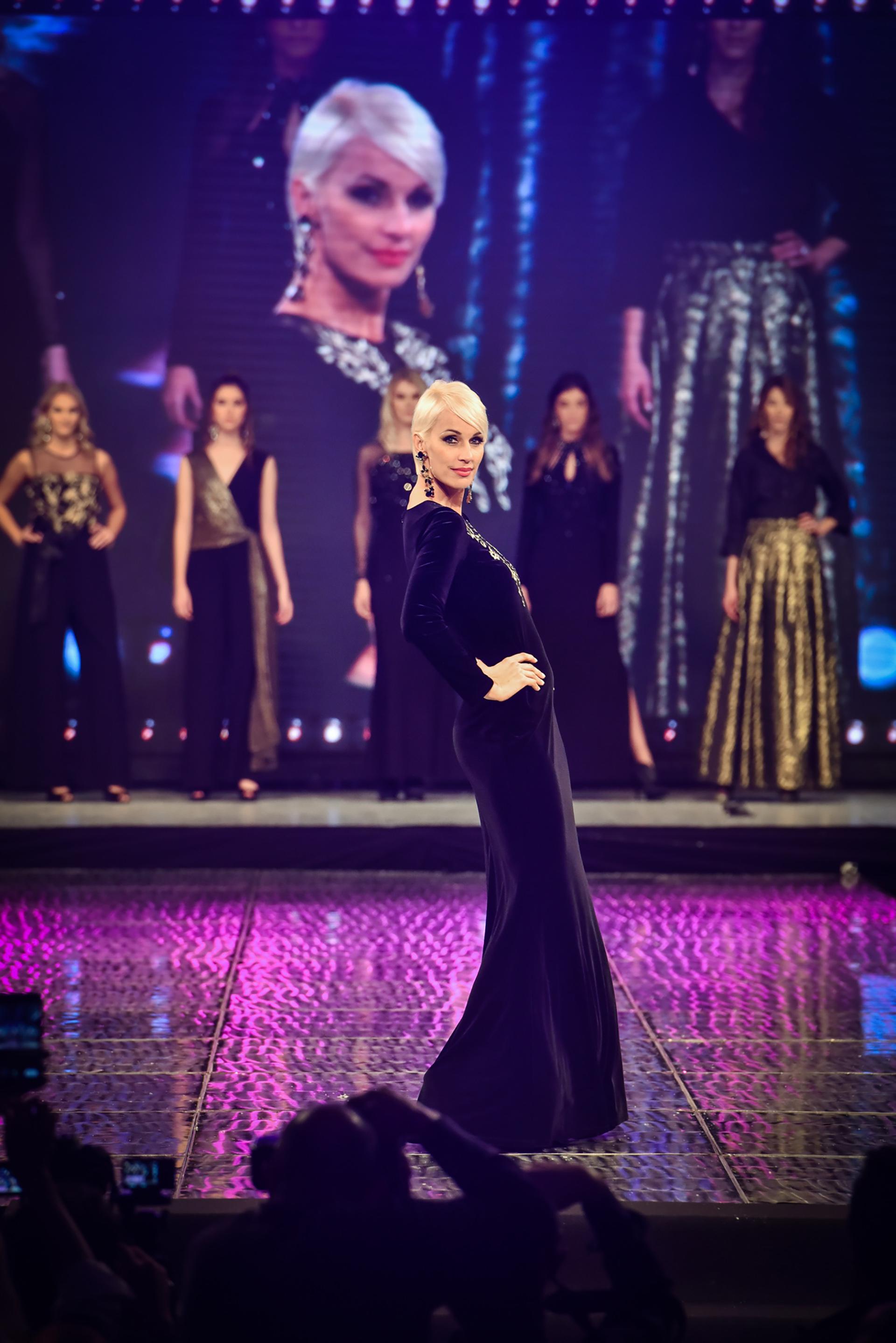 Con encajes, tonos negros y toques dorados. La modelo Ingrid Grudke deslumbró en el cierre de pasado con un vestido de manga larga y accesorios que realzaban la silueta de quien es la cara de la marca Silkey