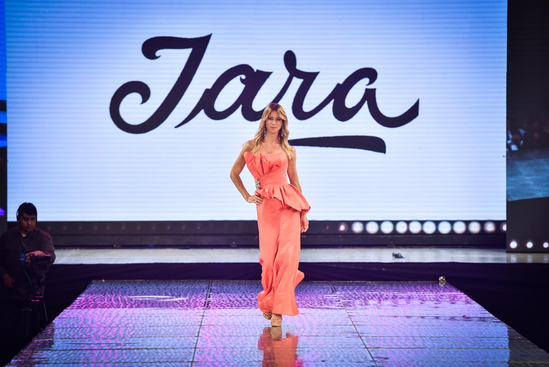 Lamodelo y conductora Nicole Neumann abrió la pasarela de la marca Iara, con un vestido color salmón que siguió con la gama de colores pasteles que planteaba Iara.