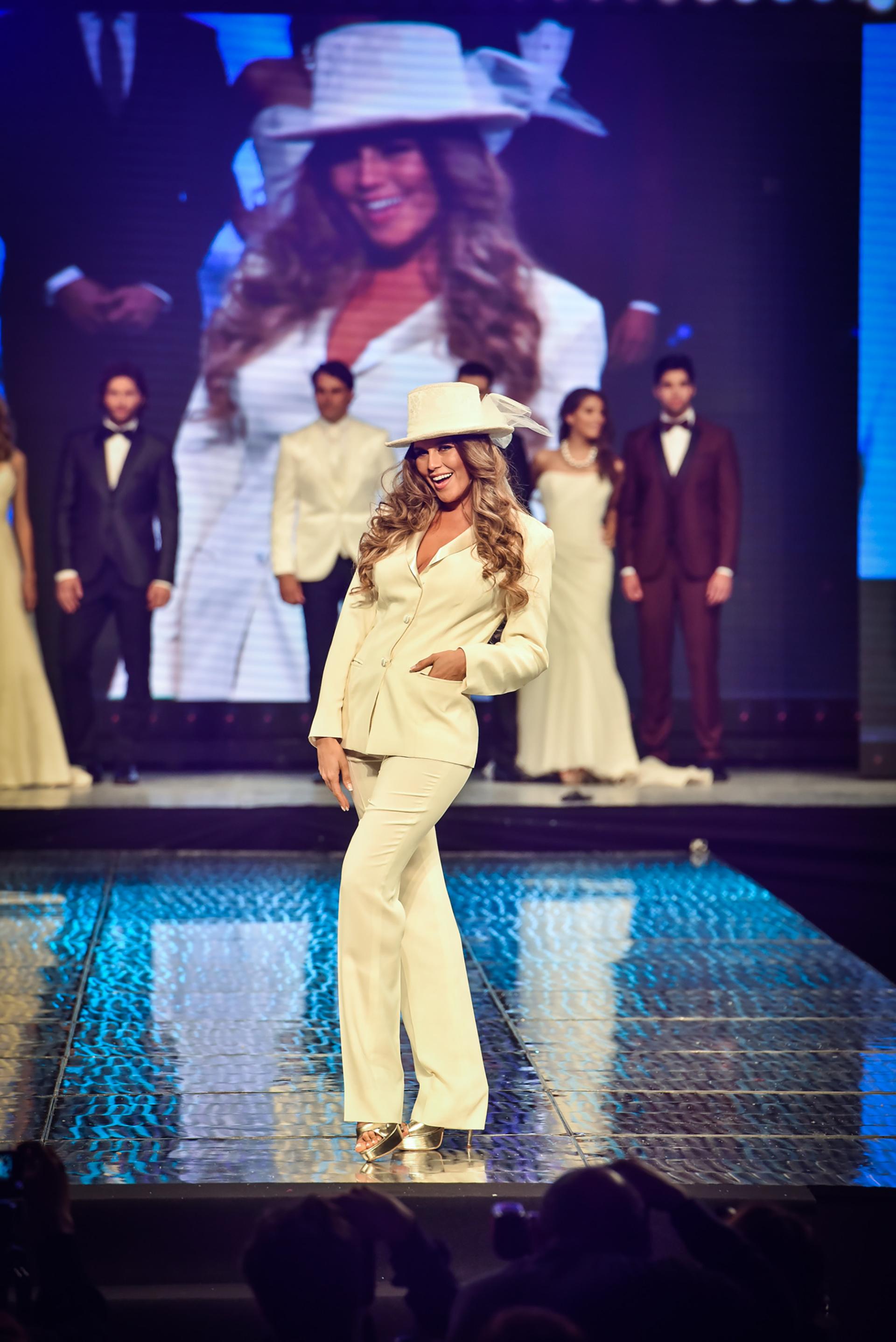 Mariana Antoniale fue la encargada de lucir un traje blanco acompañado con un sombrero, en la pasada de la prestigiosa marca Matices
