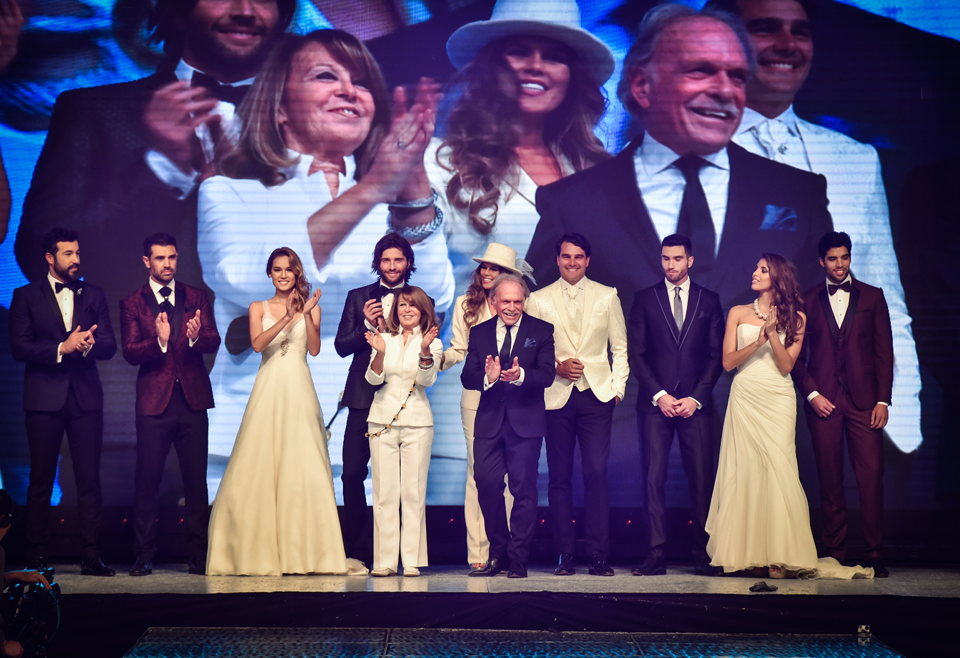 Tito y Cloti Samelnik en el cierre de la pasada de su marca de etiqueta, Matices, imponiendo lo que serán las nuevas tendencias en vestidos y trajes de novios
