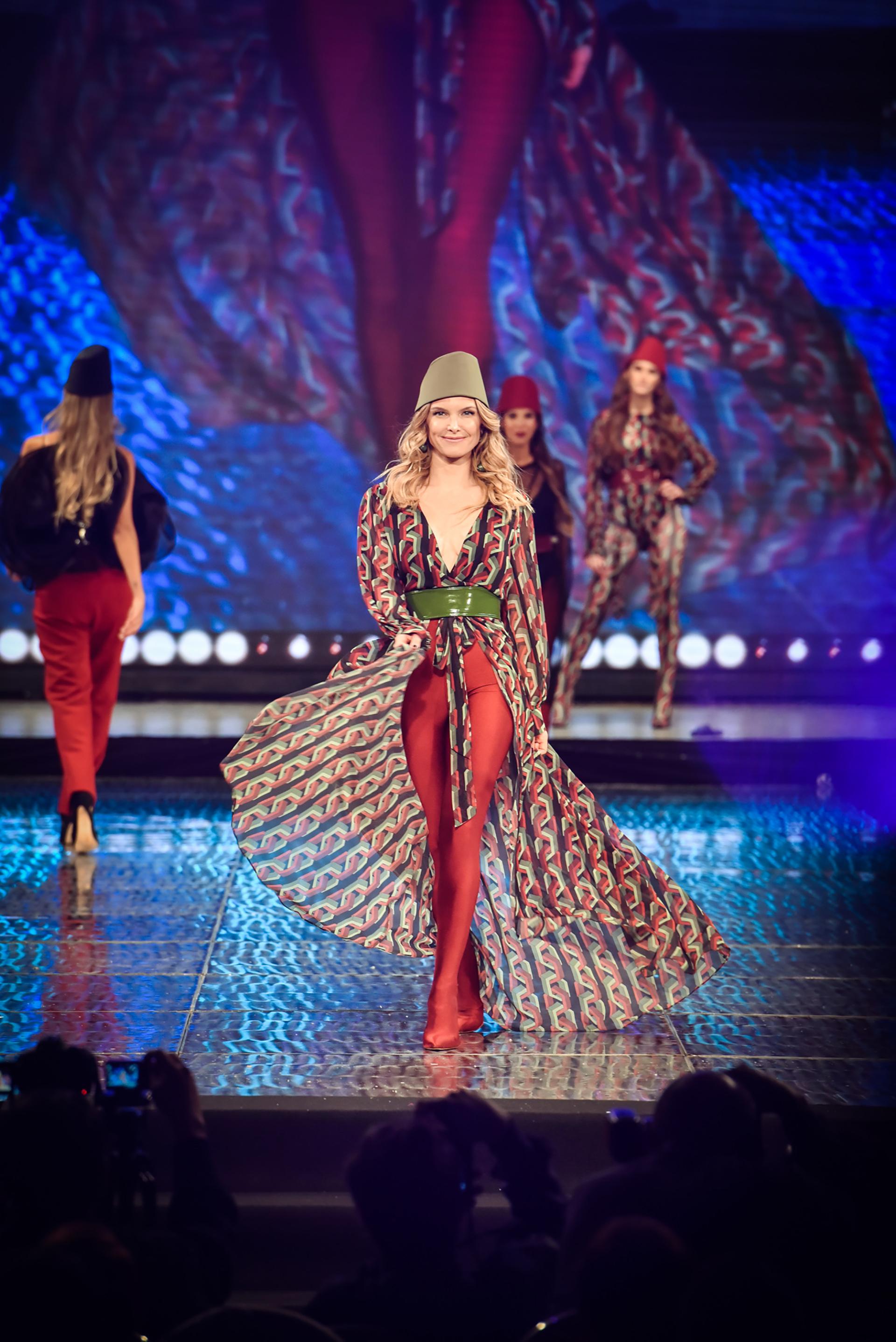 La modelo Sofia Zamolo, desfiló por la extensa pasarela de Caras con los diseños de Laurencio Adot y Thiago Pinheiro