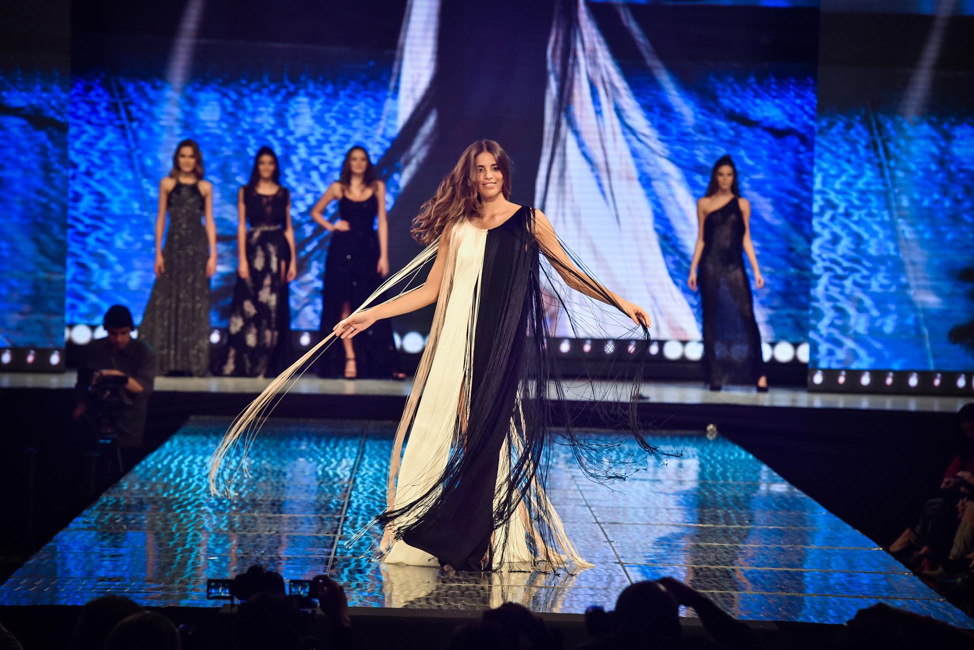 Con cortes a la cintura y hechos a medida, Taina Laurino fue la encargada de cerrar la pasada mientras modelaba uno de los diseños de la temporada de vanguardia