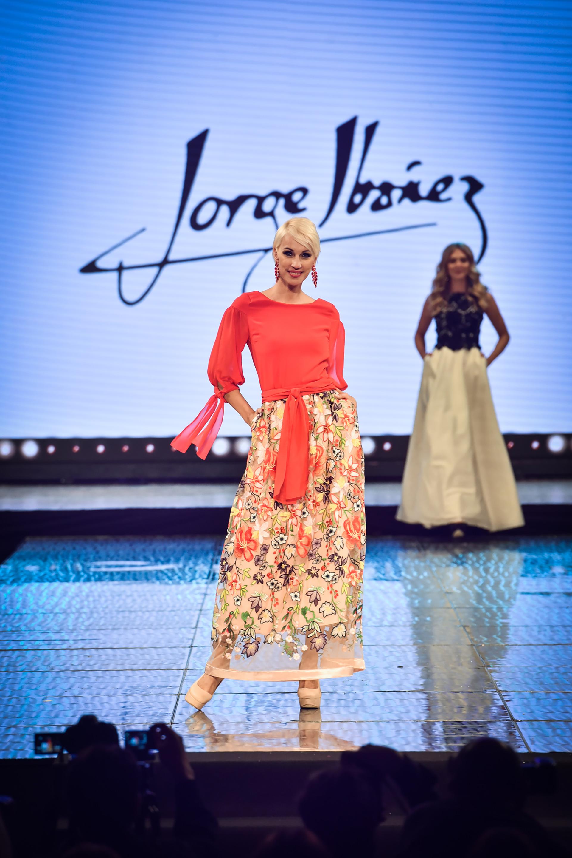 La modelo Ingrid Grudke, desfiló el primer diseño de la marca Jorge Ibañez, quien sigue su legado es su madre Mabel Ibañez que realizó una colección para todas las mujeres y jovenes también