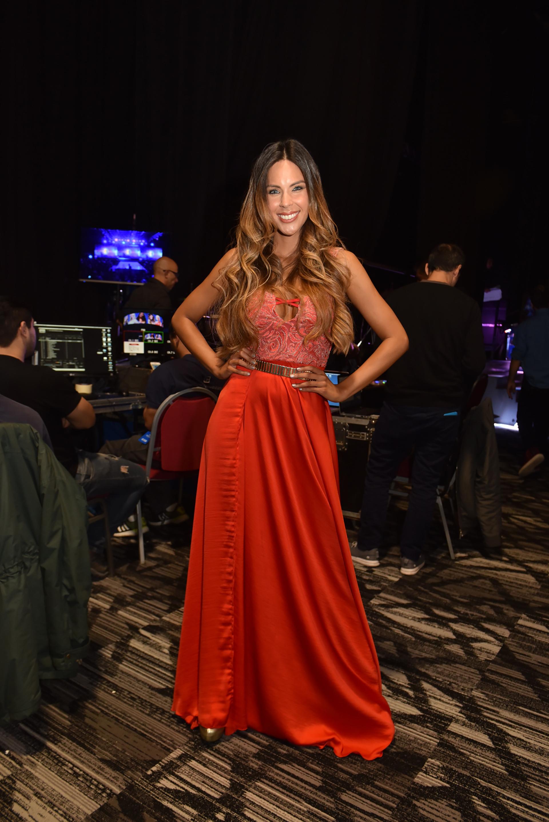 La modelo y bailarina Barby Franco estuvo en el backstage del desfile de Silkey luciendo un vestido colorado con mix de géneros: satén y encaje con detalle de cinturón metálico en composé con su calzado